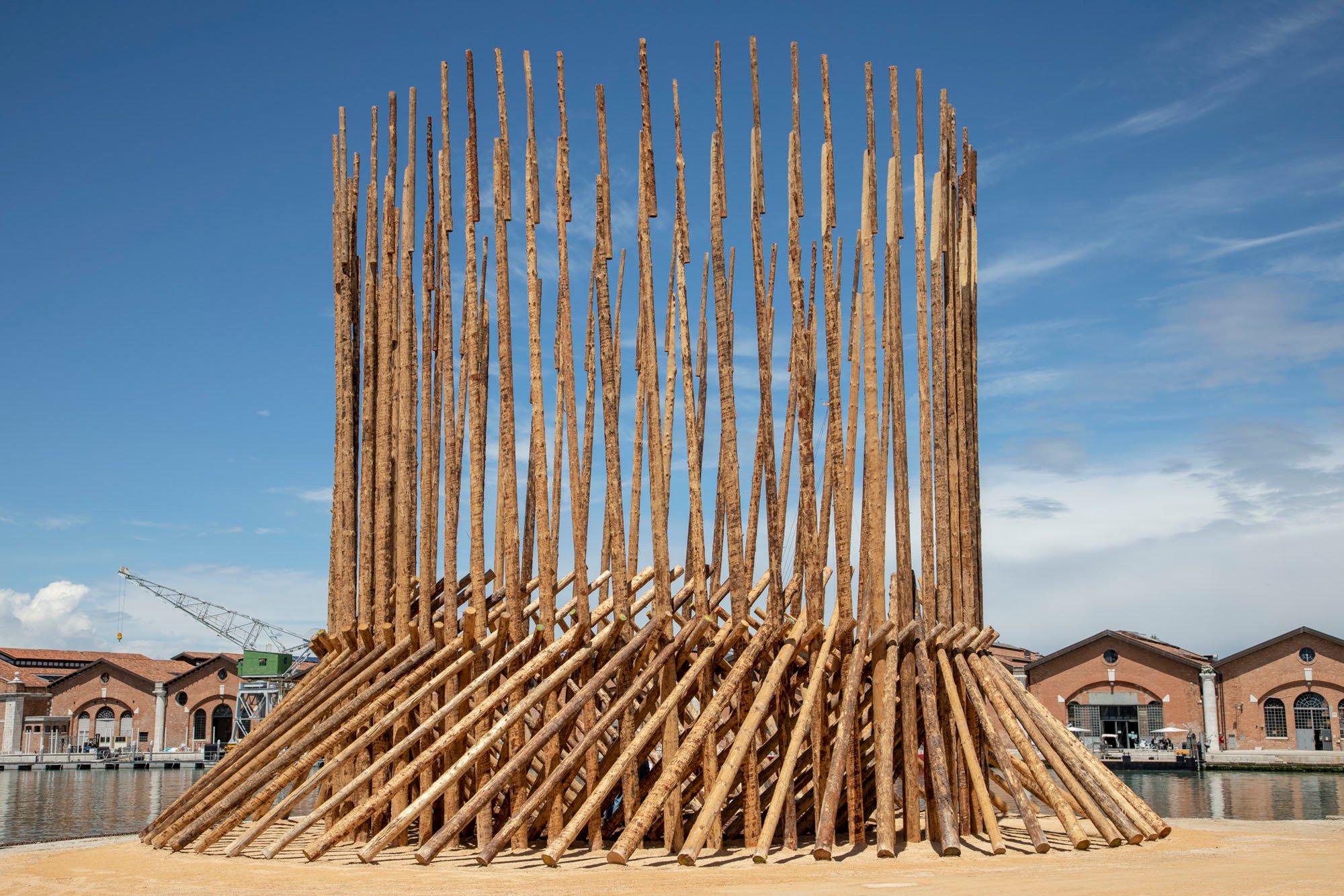 ELEMENTAL /Chileans and Mapuche, Building places to get to know each other (KÜNÜ), Building places to parley (KOYAÜ-WE) / Foto:Marco Zorzanello /Courtesy: La Biennale di Venezia