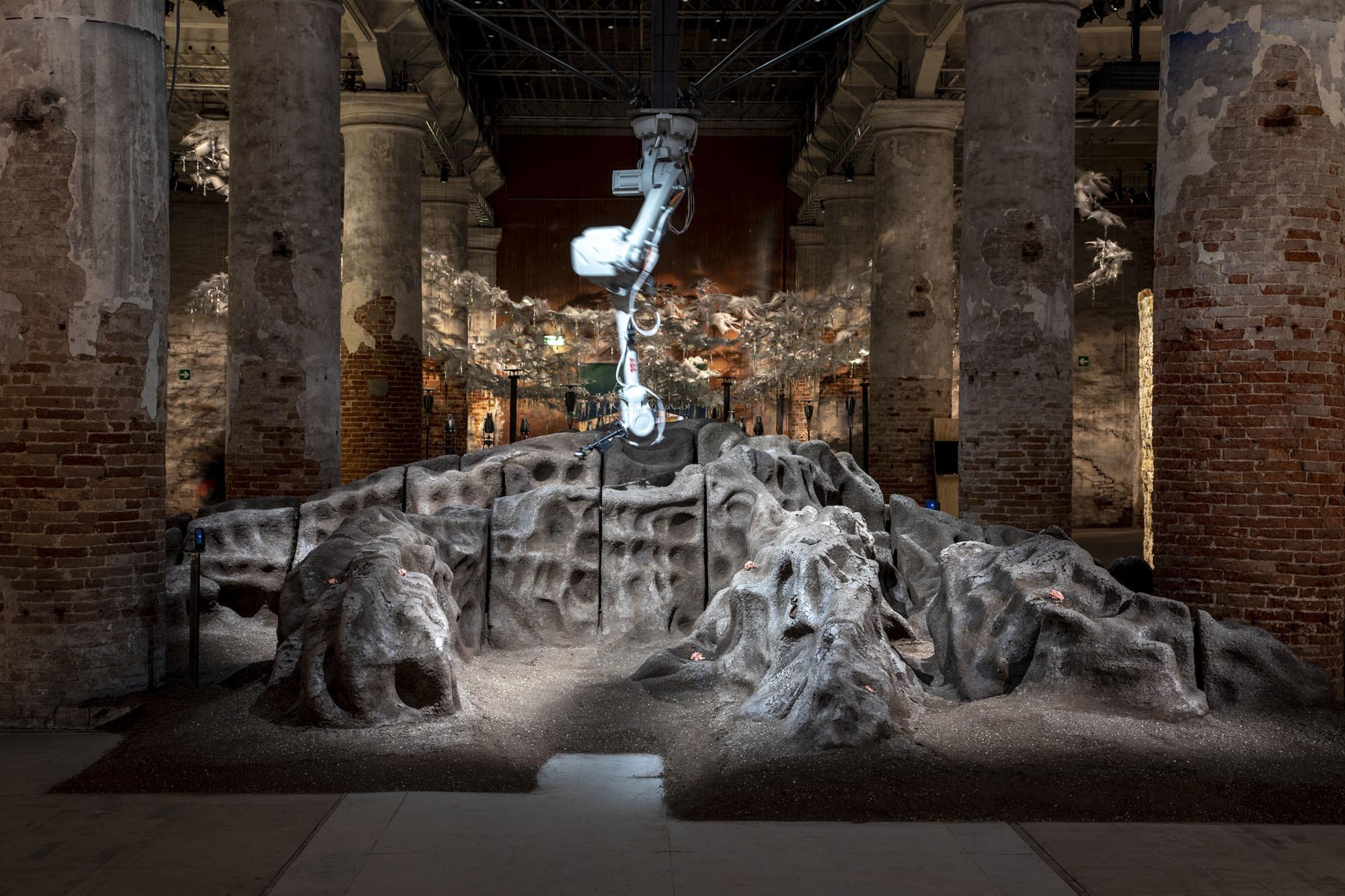 MAEID [Büro für Architektur und transmediale Kunst] /Magic Queen [from the Artificial Ecologies series], 2020 / Foto:Marco Zorzanello /Courtesy: La Biennale di Venezia