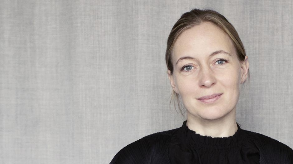 Cecilie Manz arbeitet in ihrem Kopenhagener Studio für Hersteller wie Iittala, Bang & Olufsen, Muuto, Kähler, Böwer, Holmegaard und Fritz Hansen.