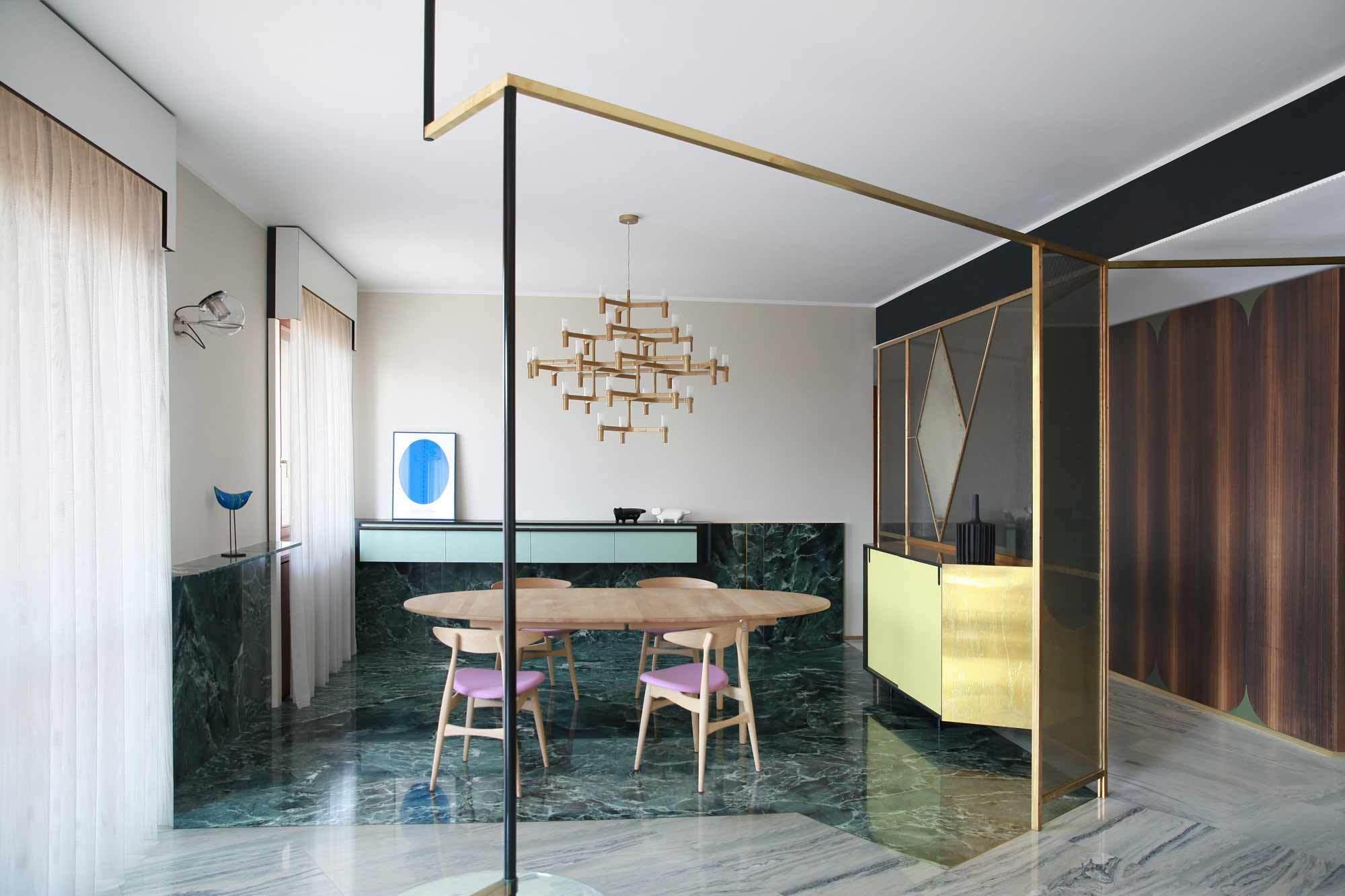 Bei dem Umbau einer Wohnung in Mailand kombieren die Turiner Architekten Andrea Marcante und Adelaide Testa die zweckmäßige Funktionalität der Sechzigerjahre mit bürgerlicher Opulenz und einfaches Laminat mit exklusiven Marmor. Foto: Carola Ripamonti