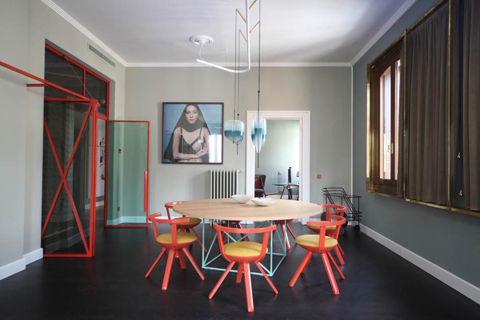 Essbereich mit Tisch LC 15 von Le Corbusier für Cassina und Stühlen der Serie Rival von Konstantin Grcic für Artek.