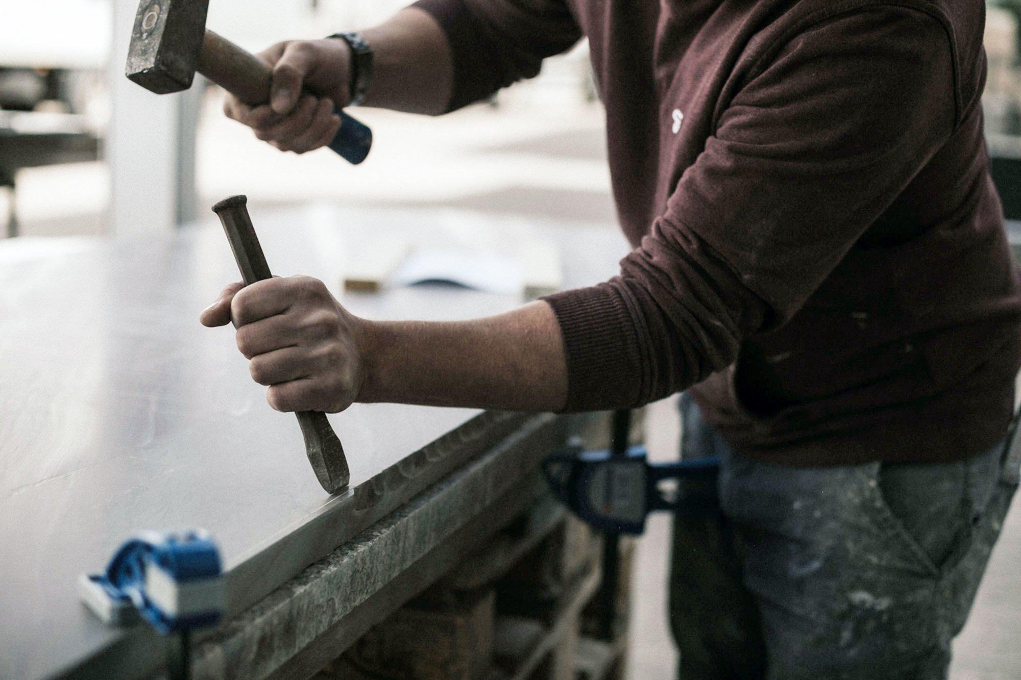 Es steckt viel Handarbeit in Natursteinprodukten wie Arbeitsplatten oder ganzen Küchenblöcken. Das zeigt ein Blick hinter die Kulissen der Thüringer Natursteinmanufaktur MCR. Foto/Copyright: MCR