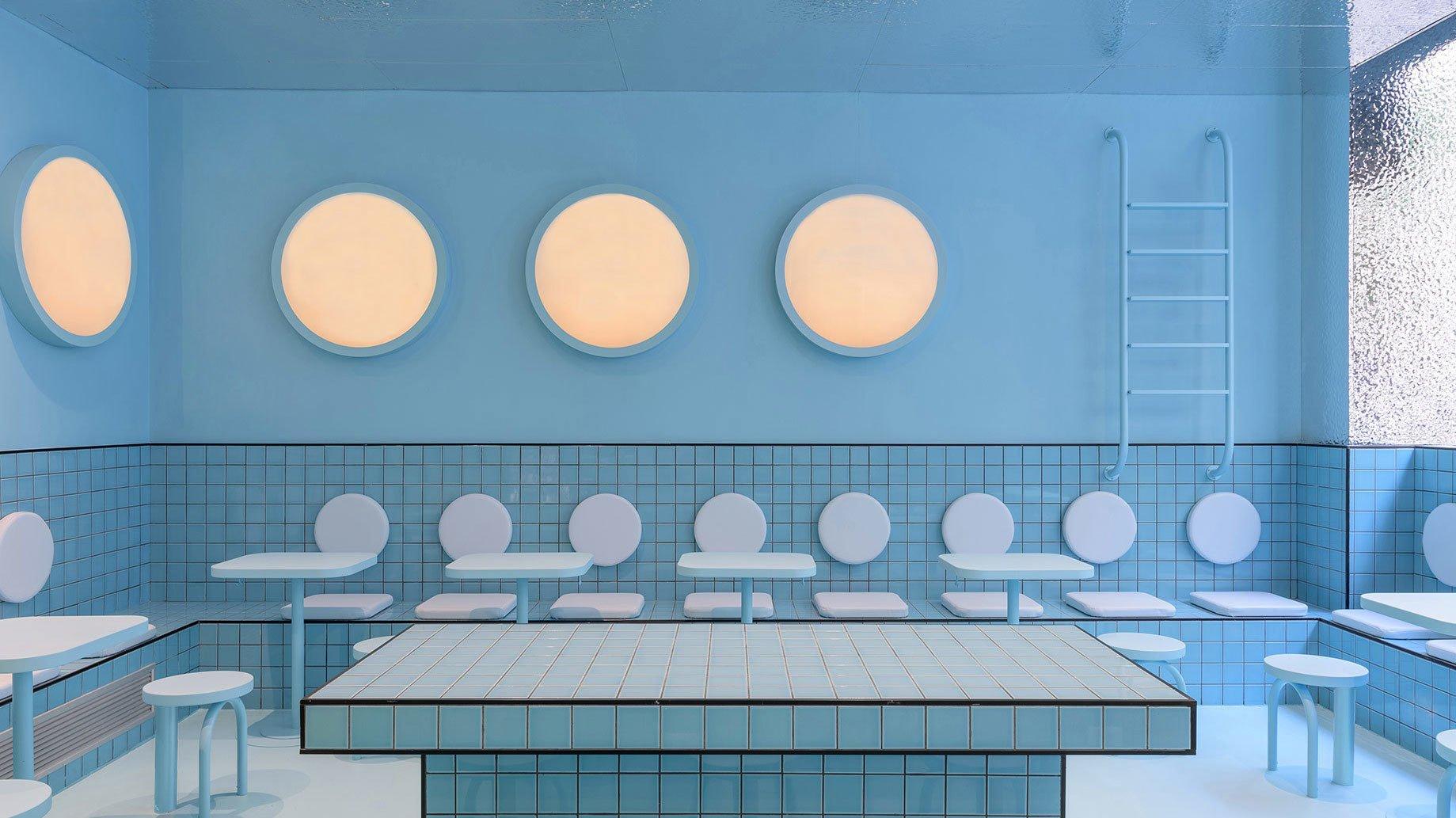 Keramischer Normcore erobert die Interiorwelt in Form von quadratischen Fliesen. Sie schmücken Wände und Böden in Shops oder Restaurants und lassen so manches Lokal aussehen wie das Becken eines Pools.