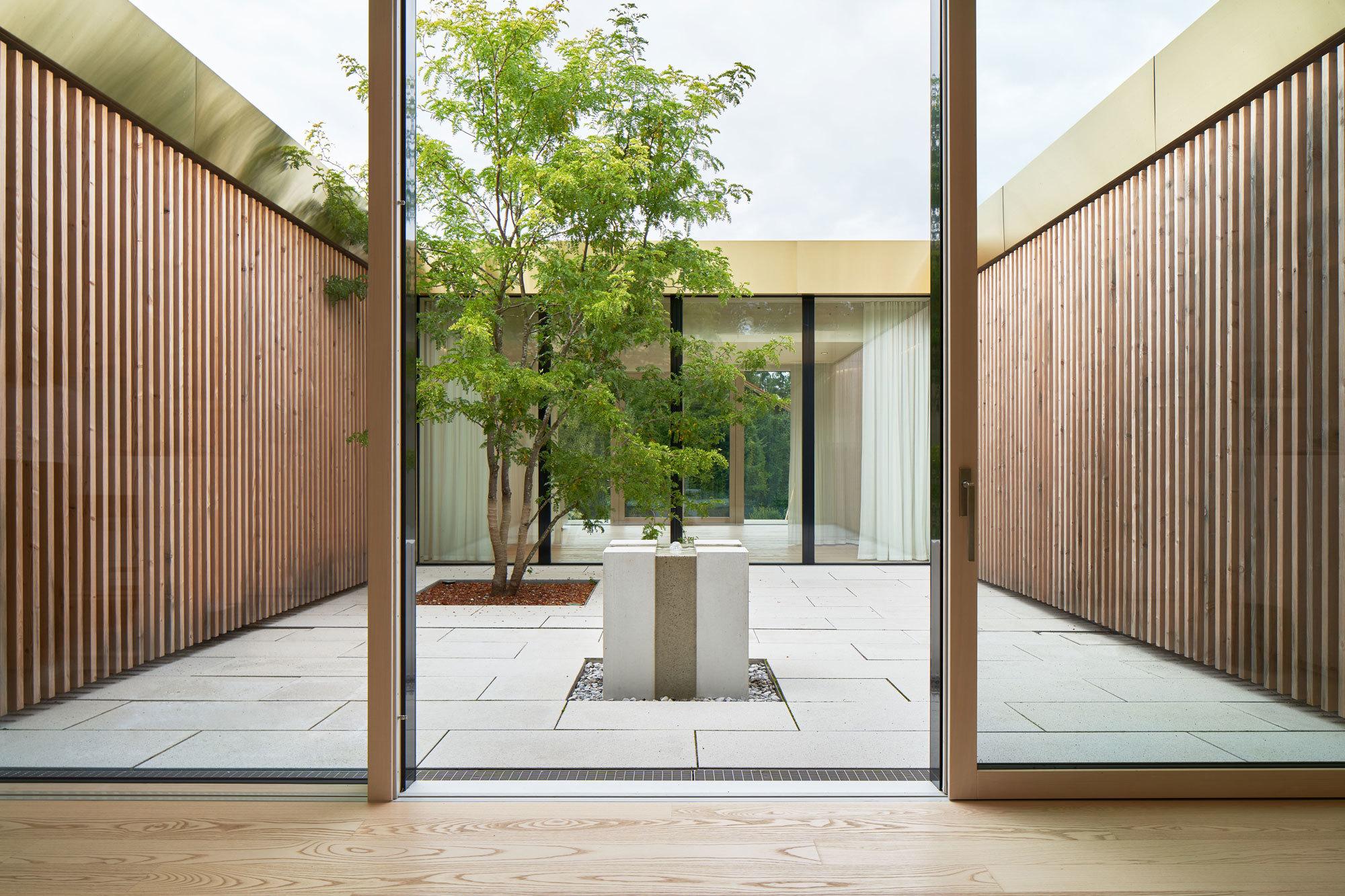 Das Jodschwefelbad des Architekten Matteo Thun in Bad Wiessee ist eine Hommage an heilende Quellen, schlichte Ästhetik und lokale Holzbautraditionen.