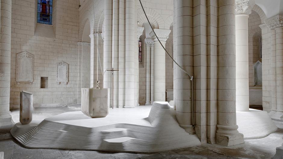 In der historischen Taufkirche stapelte Mathieu Lehanneur 55 Marmorschichten auf dem alten Sandsteinboden.