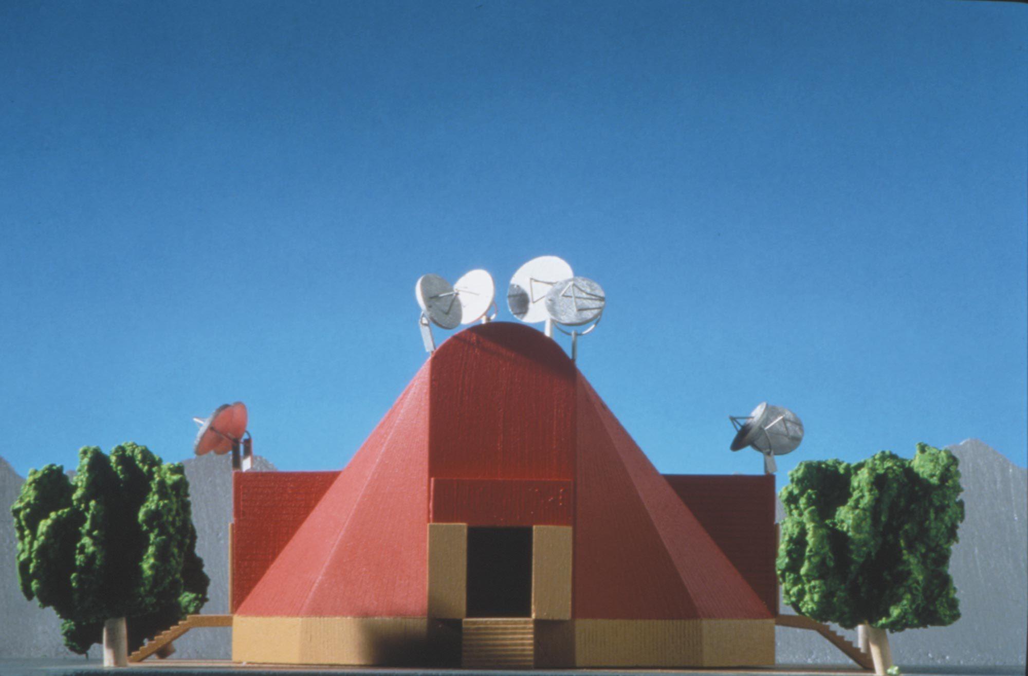 Festival Office von Michele de Lucchi aus dem Jahr 1994: Die Menschen sind ausgelaugt und erschöpft von ihrer Arbeit. De Lucchi hatte die Idee, den Arbeitsplatz in Form von zirkuszeltartigen Strukturen temporär an die schönsten Orte der Welt zu bringen. Dort sollte die Leute Kraft schöpfen. Foto: Federico Brunetti