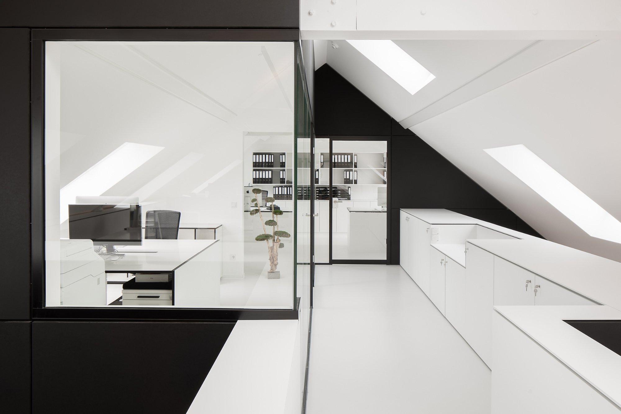 Im erweiterten Büro der Architekten von mo.studio aus Meerbusch trifft schwarz-weißes Interior auf die alte Bausubstanz eines Bauernhofs.