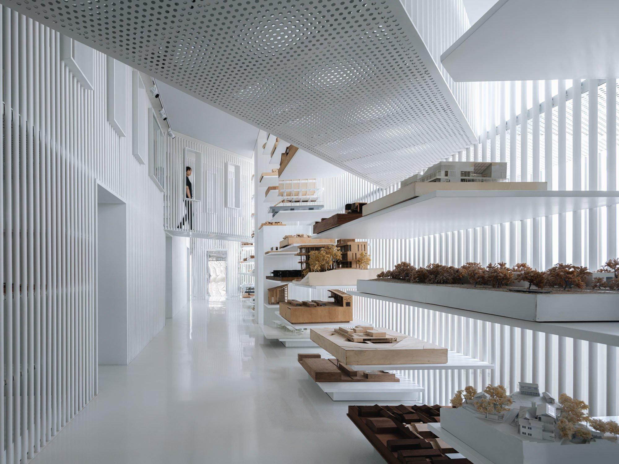 Im Firmengebäude von Fengyuzhu entstand eine eintausend Quadratmeter große Ausstellungsfläche, in der Arbeiten chinesischer Architekturbüros präsentiert werden – von gebauten wie ungebauten Projekten gleichermaßen.