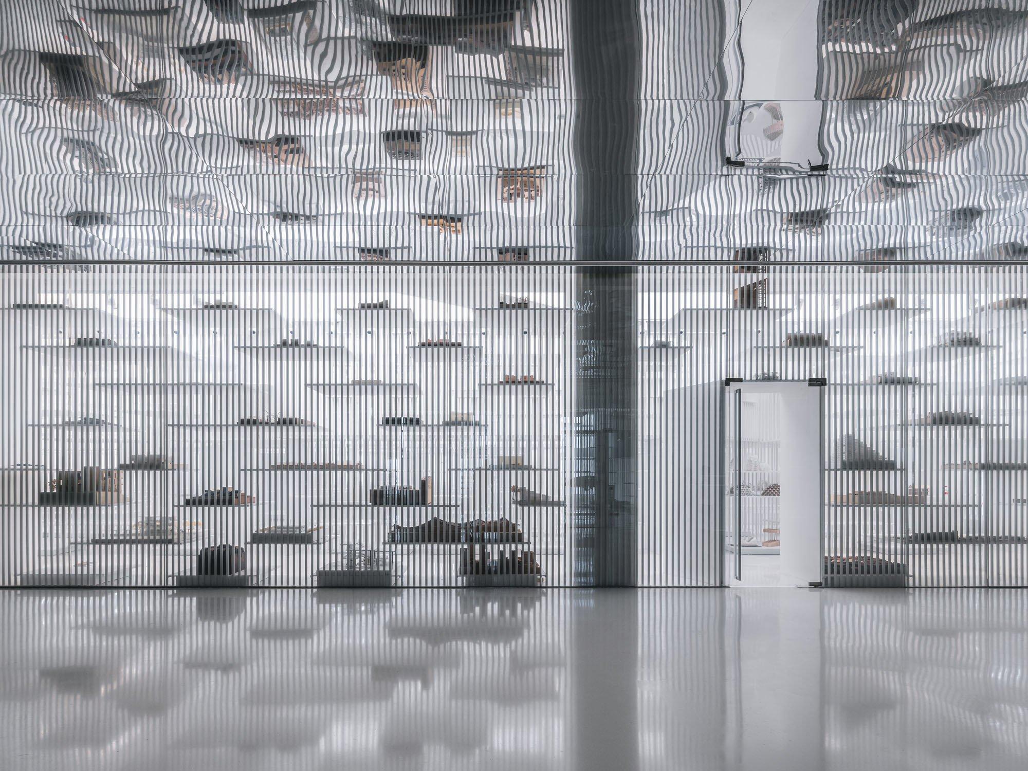 Die Architekturmodelle scheinen auf ihren filigranen Plattformen regelrecht zu schweben.
