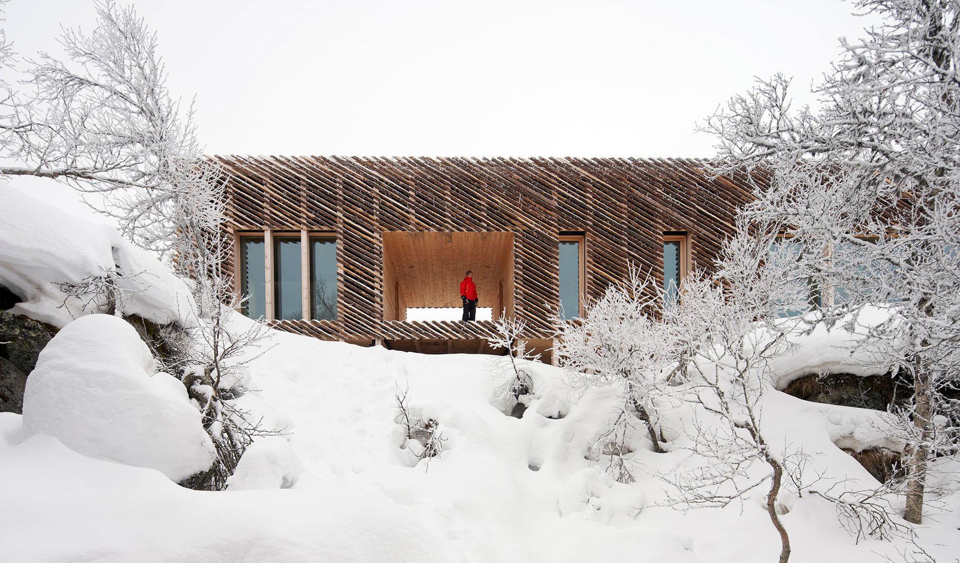 Das Architekturbüro Mork-Ulnes hat eine hölzerne Hütte in den Bergen Norwegens errichtet, die auf Pfeilern über dem Boden schwebt. In den Sommermonaten werden die Bewohner von Schafen und Kühen begrüßt. Im Winter beginnt der Skilauf direkt vor der Haustür.