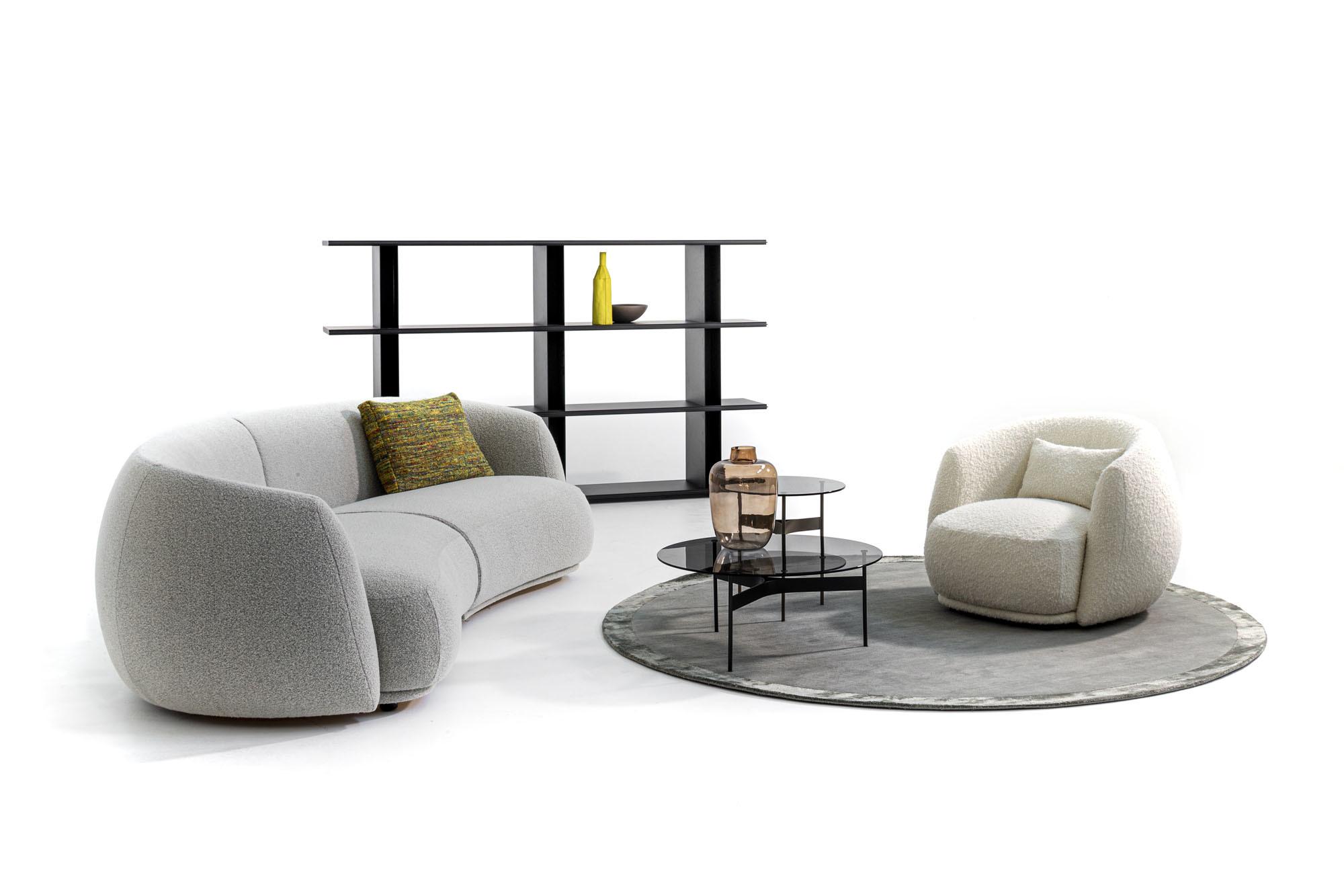 SofaPacific mit passendem Sessel von Patricia Urquiola für Moroso. Foto:Alessandro Paderni