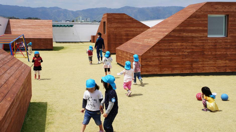 Der Spielplatz der Kindertagesstätte Mukou Leimondo liegt im Freien und vor einer attraktiven Bergkulisse.