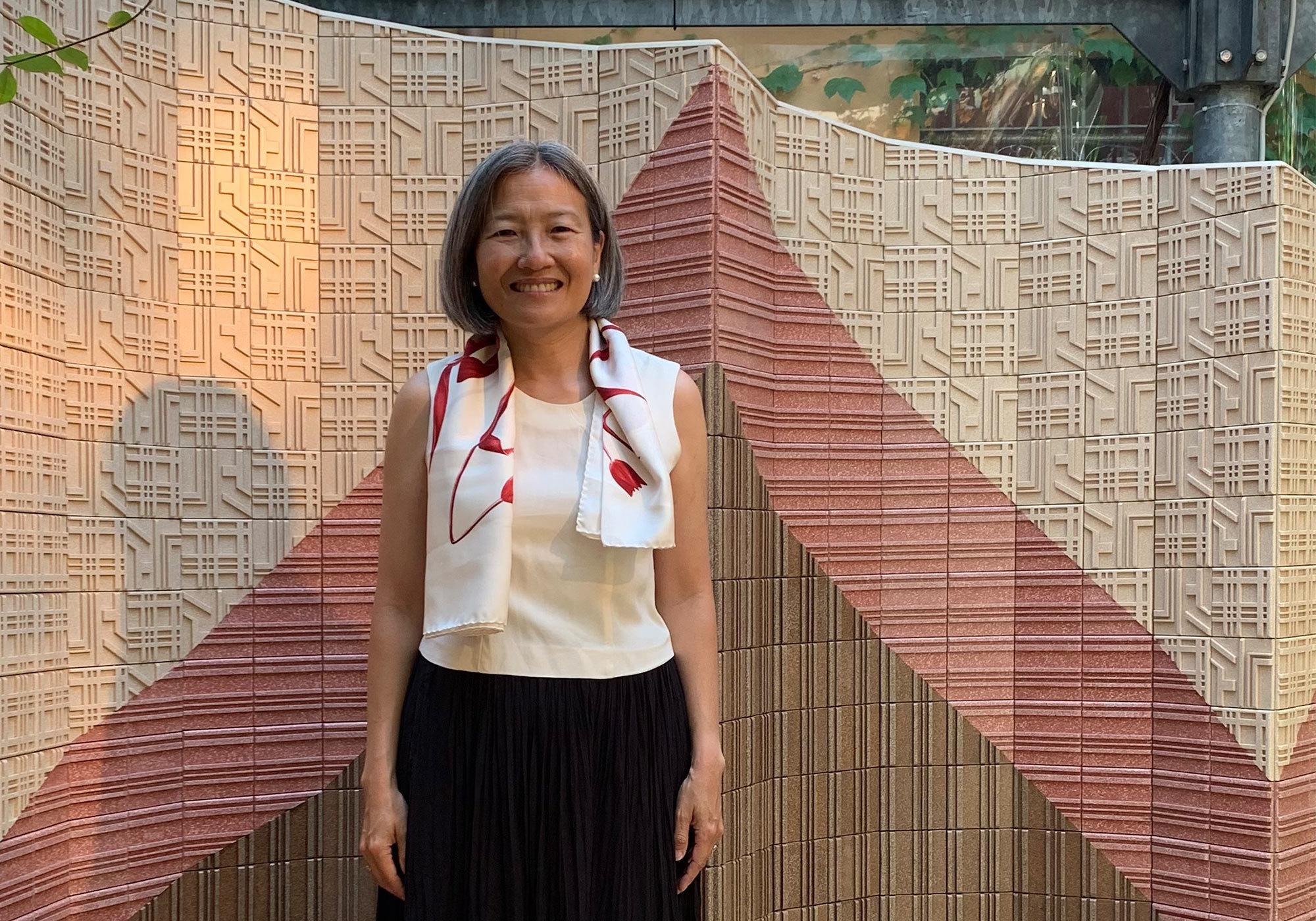 Lay Koon Tan, Mitgründerin des Labels Nature Squared, vor der Flieseninstallation aus CArrelé, einem Material aus Eierschalenabfällen