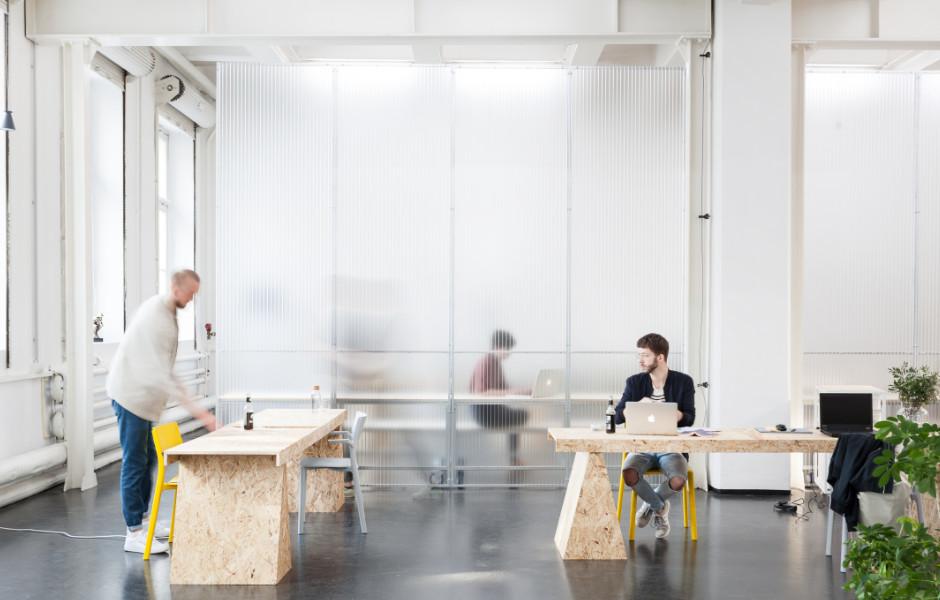Die Elemente bieten die Möglichkeit, Räume nach Bedürfnissen zu gliedern und zu bilden. Durch die einfache Handhabung können Nutzer und Nutzerinnen ihre eigene Arbeitsumgebung gestalten. Foto: Robin Stummvoll