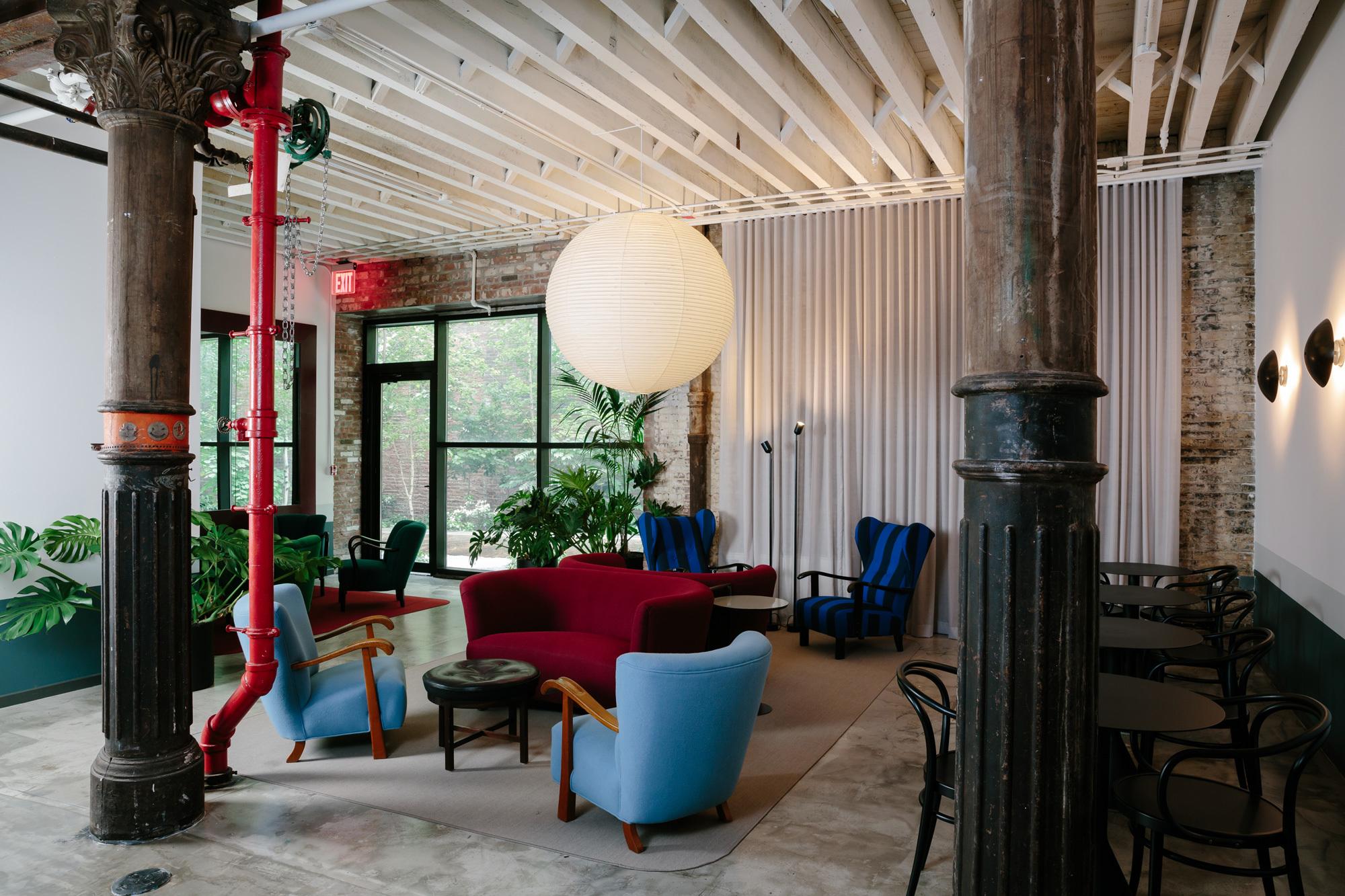 Das großzügige Foyer ist durch Sitzgruppen mit neu bezogenen Art-déco-Stühlen unterteilt und ähnelt einer Hotellobby.