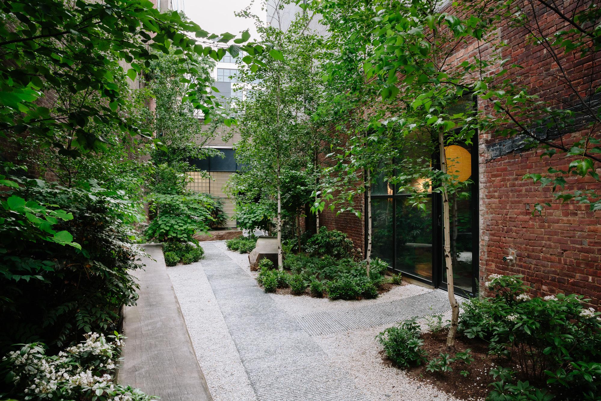 Ein privater Garten sorgt für eine entspannte Arbeitsatmosphäre.