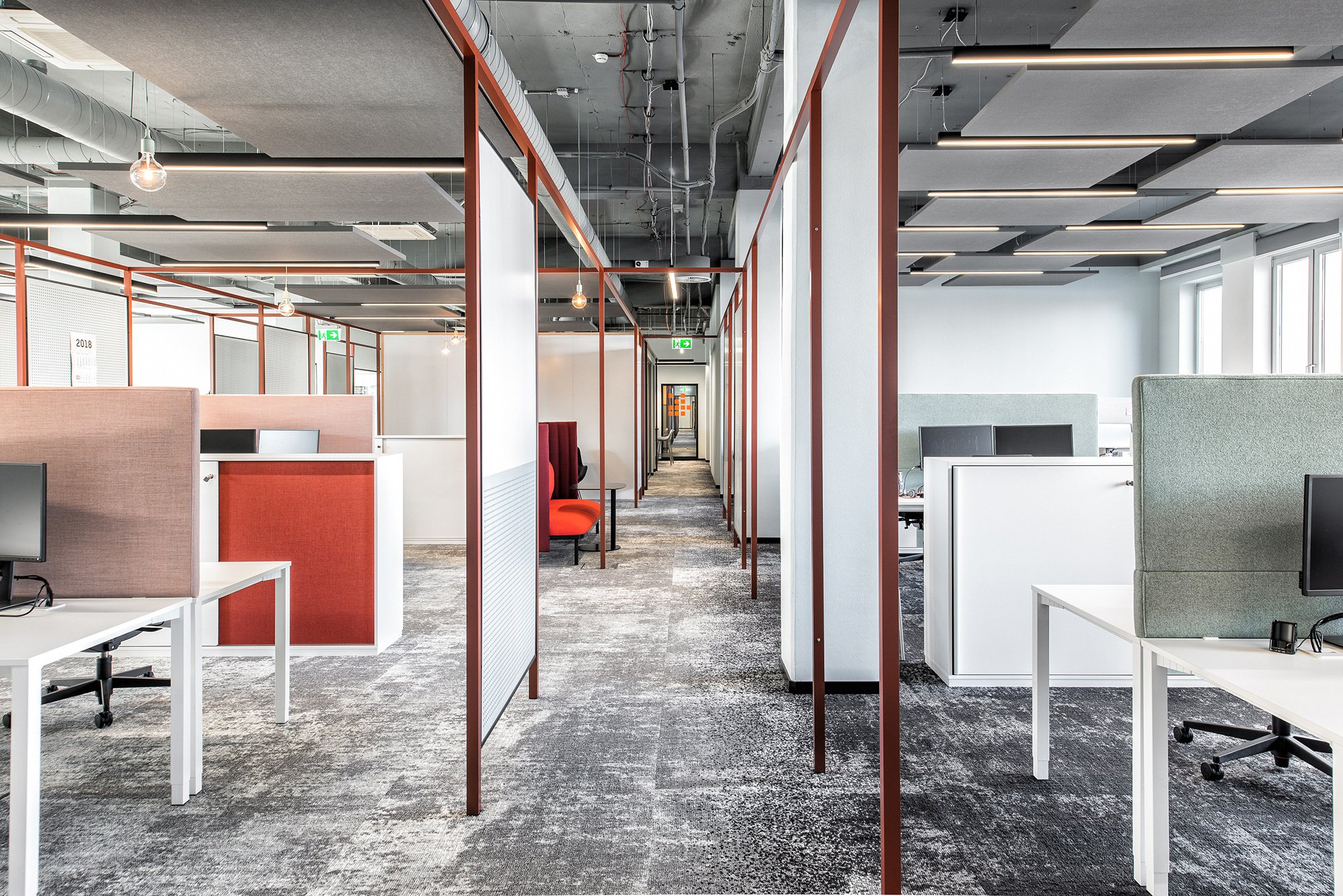 Für eine flexible Raumstruktur sorgt in der offenen Bürofläche des Headquarters der Firma Onlineprinters ein raumbildender Rahmen, der zu gleich strukturierend wie verbindend wirkt. Foto: Susanne Öllbrunner