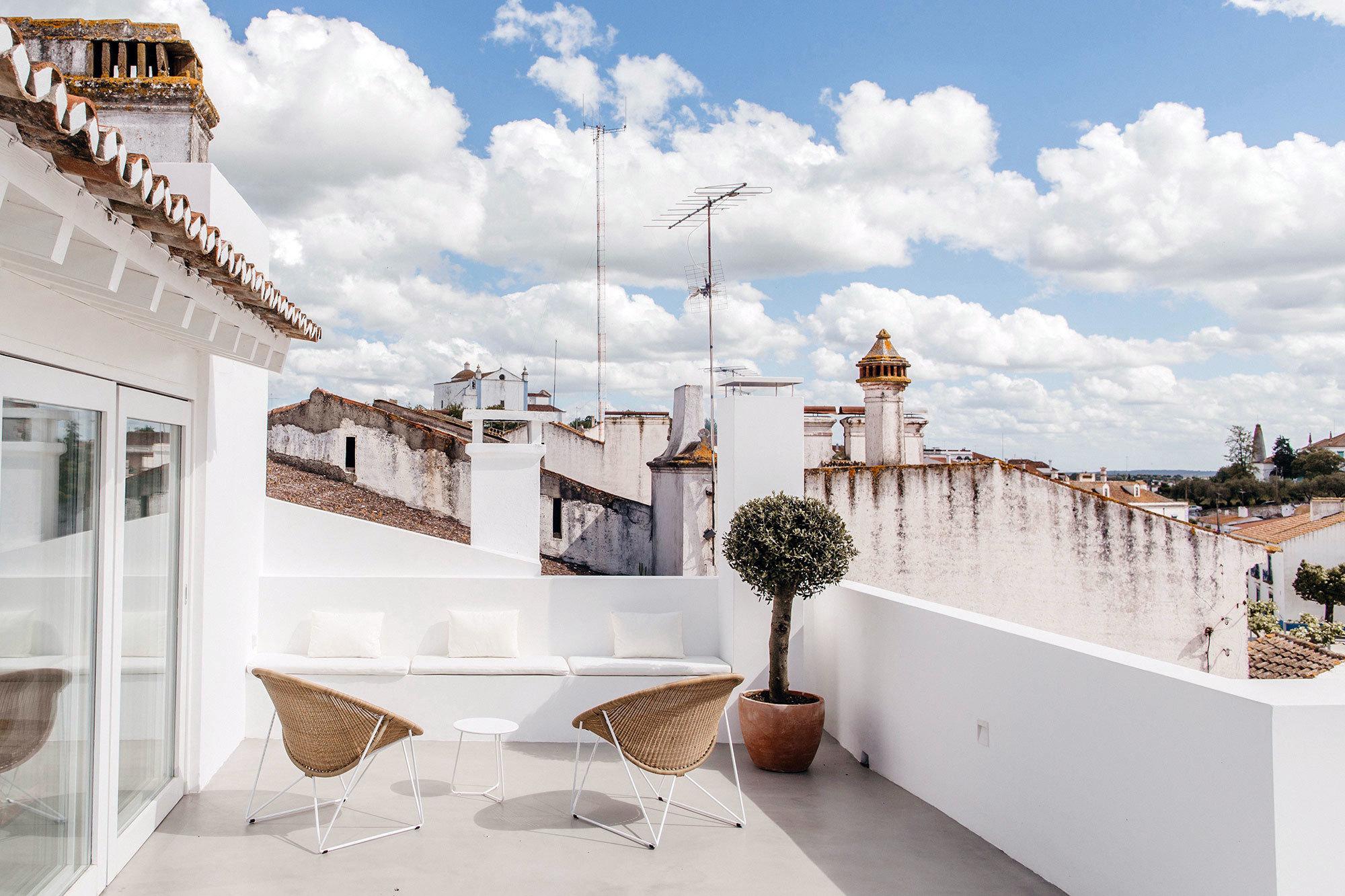 Maximale Askese, viel Geschichte und der Charme des lokalen Kunsthandwerks ergeben die besondere Mischung dieser Herberge von Pereira Miguel Arquitectos.