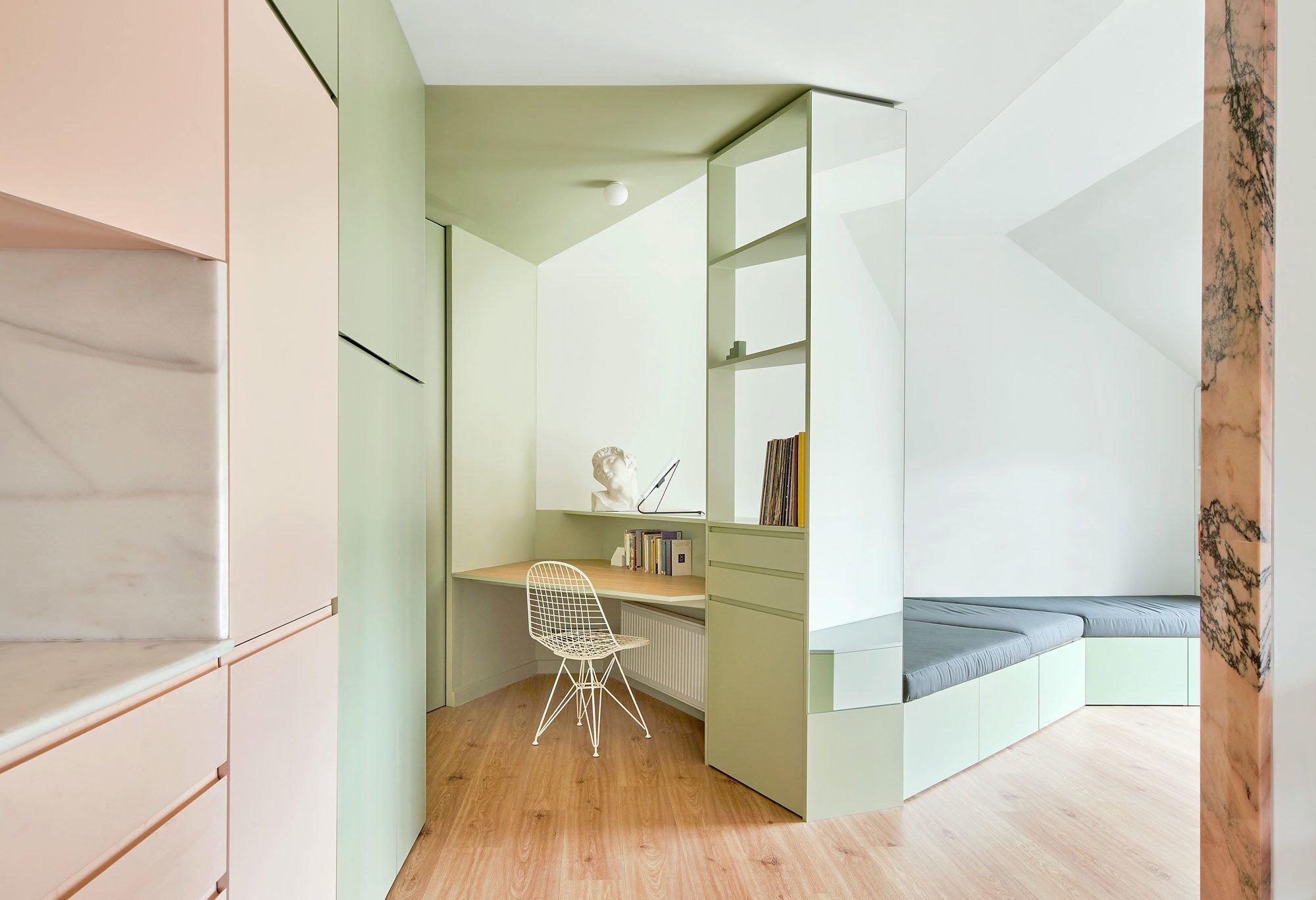 Mansarden-Makeover: In Barcelona hat das Büro AMOO ein enges Dachgeschoss in ein multifunktionales Loft verwandelt – mit Einbauten in Form eines Faltbuchs.