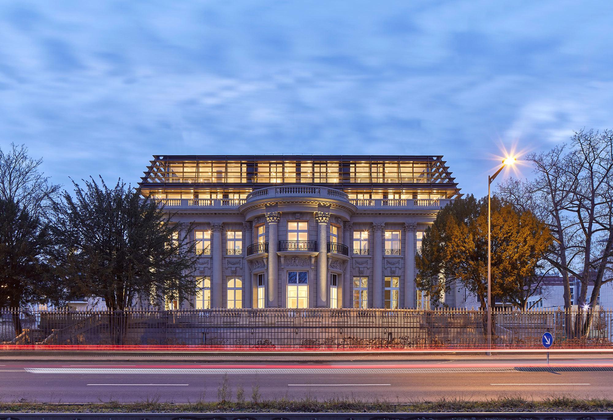 Die ehemalige Bankiersvilla Palais Oppenheim liegt in einem großzügigen Park am Rhein.