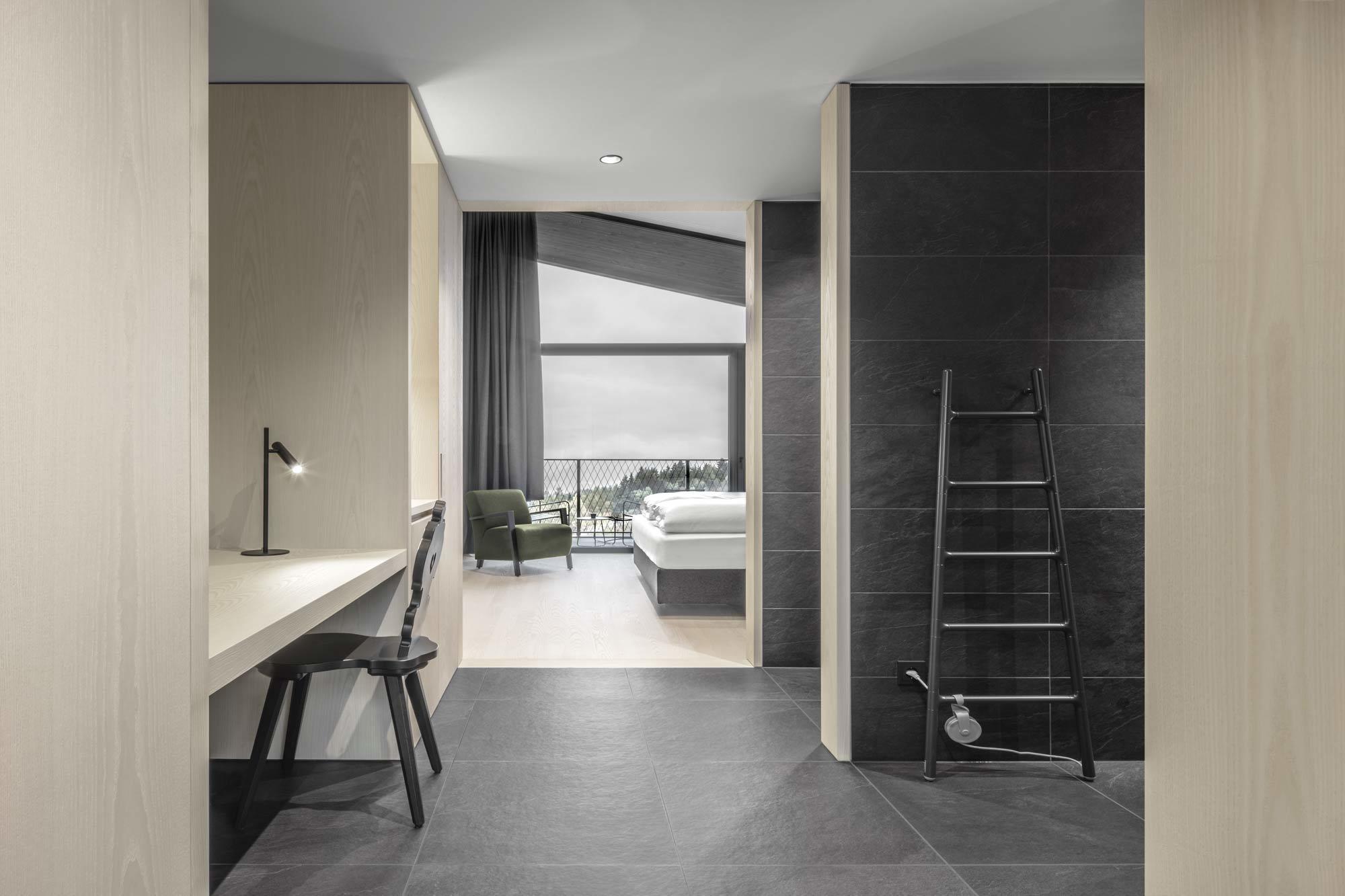Zu dem schwarzen Holz der Fassade des Alpen-Hotels Milla Montis von Peter Pichler passen die in schwarzem Schiefer gehaltenen Bäder und das Spa. Foto: Daniel Zangerl