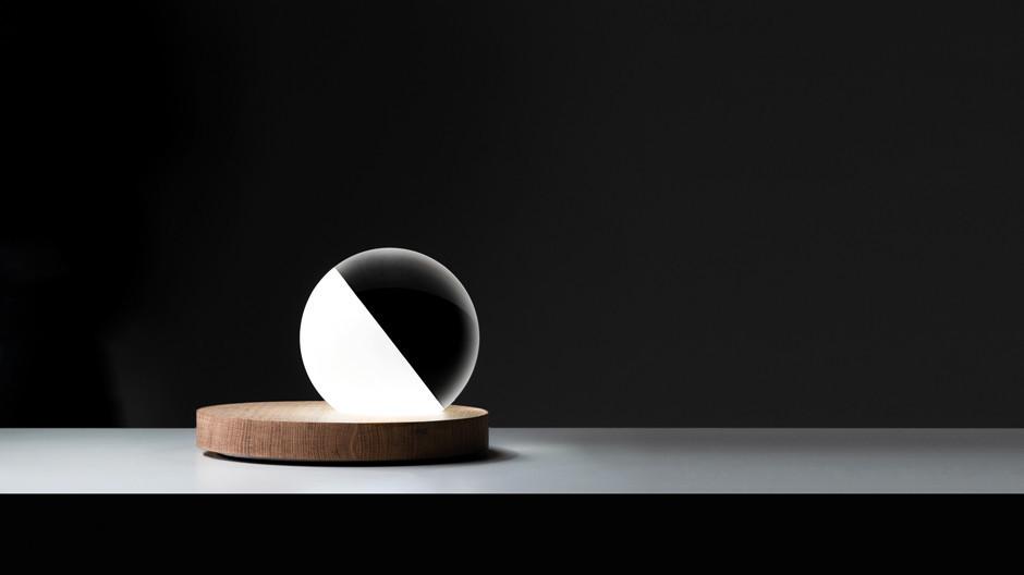 Omar Carraglia hat für Davide Groppi die TischleuchtePigreco entworfen, die unterschiedliche Formen und Materialien zu einer Einheit verschmelzen lässt.