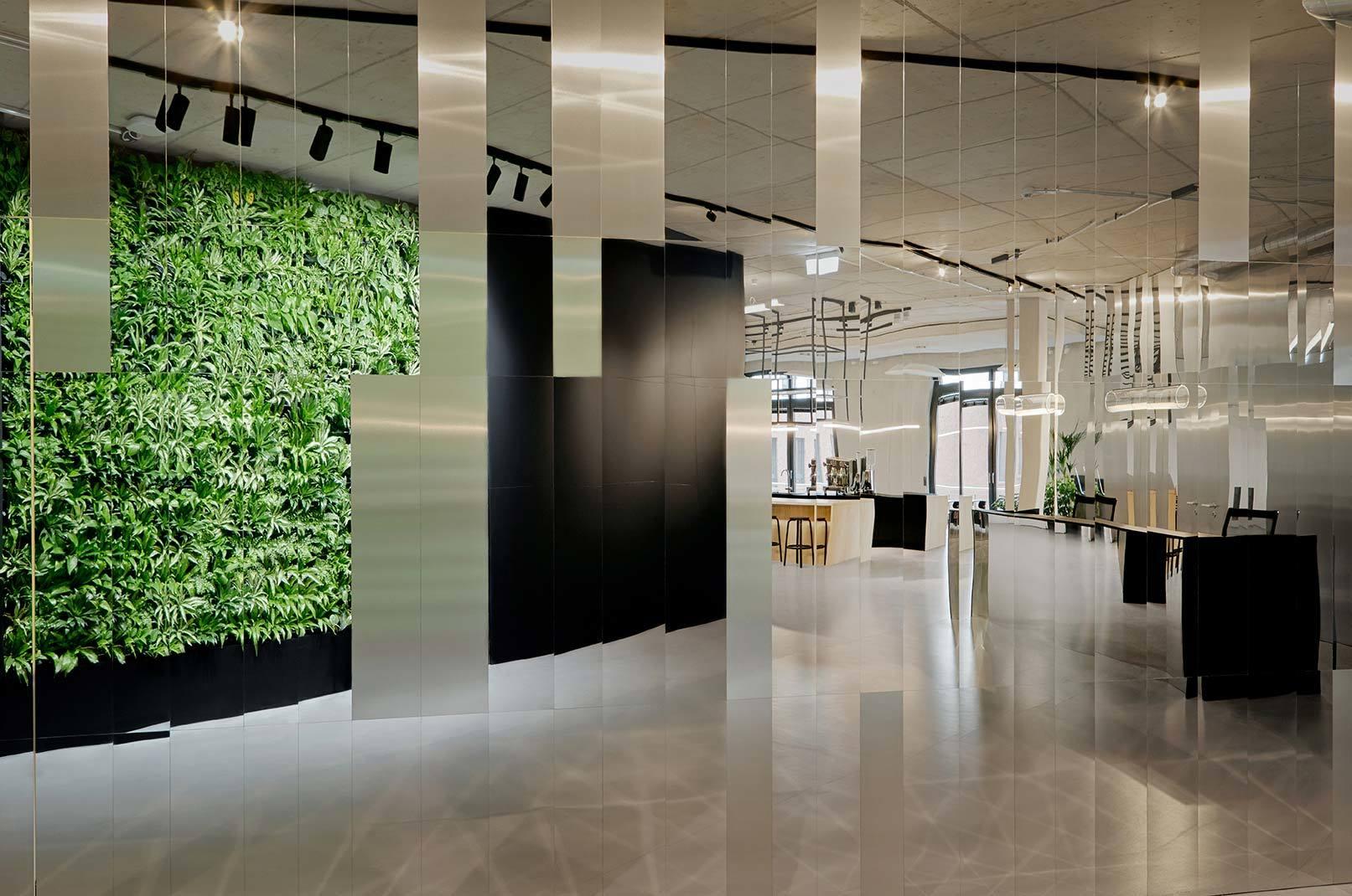Projekt von Ply Atelier mit spiegelpoliertem Edelstahlblech, verwendet für die Wandverkleidung des Büros der Ramboll Deutschland GmbH in Hamburg. Foto: Nina Struve