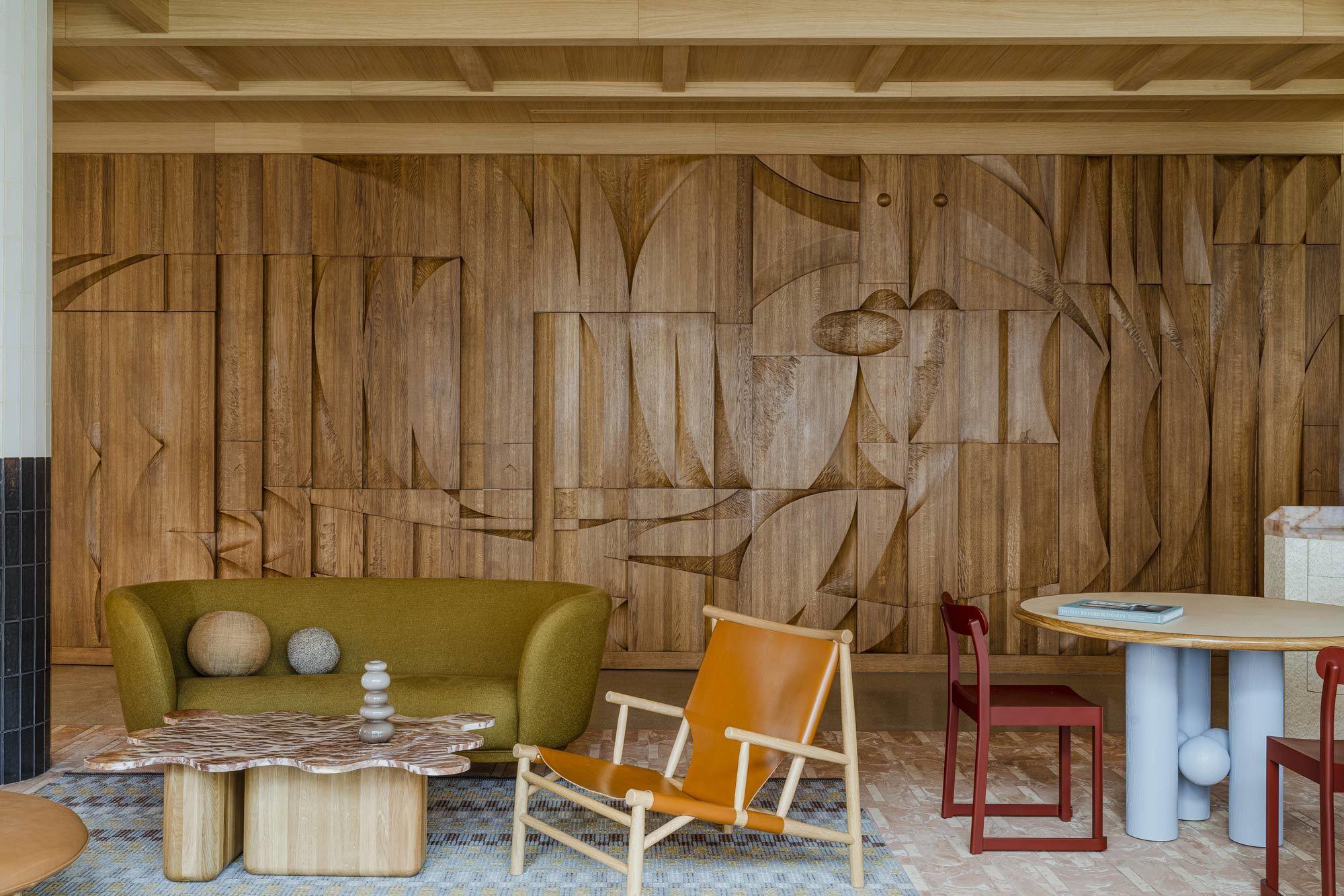 Zu dem Basrelief aus Holz ließ sich der Künstler Tomasz Opaliński von der polnischen Tatra inspirieren.