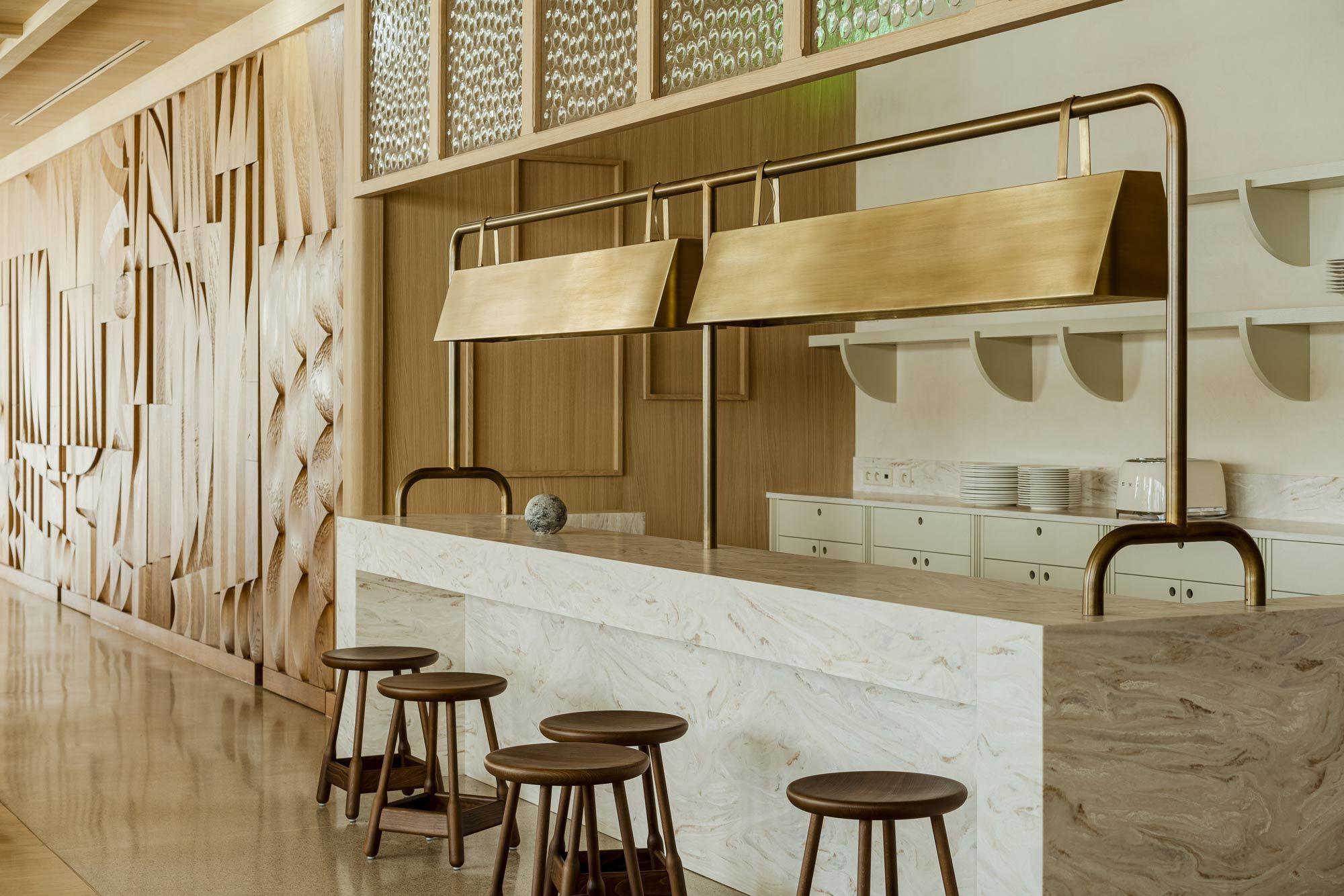Mit der Renovierung des Puro Hotels in Krakau beschwört Paradowski Studio den Glanz vergangener Zeiten herauf: Lokale Kunst trifft auf internationales Möbeldesign. Foto: Pion Studio
