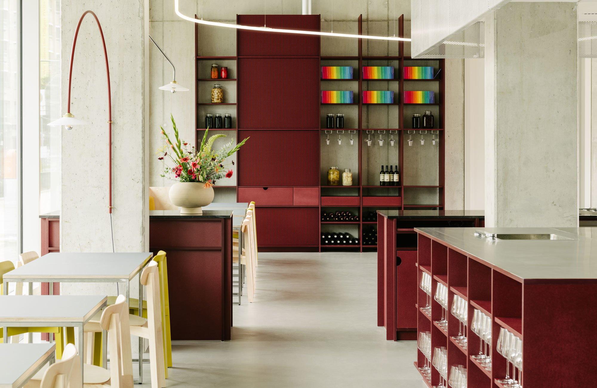 """""""Die beiden Küchenchefs wünschten, dass das Remi an die traditionellen Cafés erinnert, die sie früher zu Hause in den Niederlanden besuchten. Wir fühlten uns von der informellen Atmosphäre inspiriert"""", umschreibt die Architektin Ester Bruzkus ihr Briefing für die Gestaltung der Innenräume."""