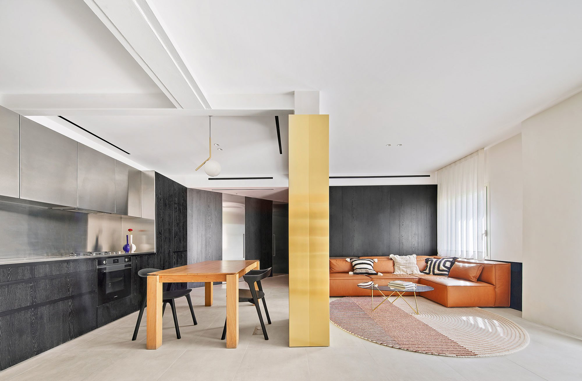 Raúl Sánchez riss die Innenwände heraus und schuf einen loftartigen Open Space mit einemZuschnitt von 6,15 Metern mal 6,15 Metern Seitenlänge.