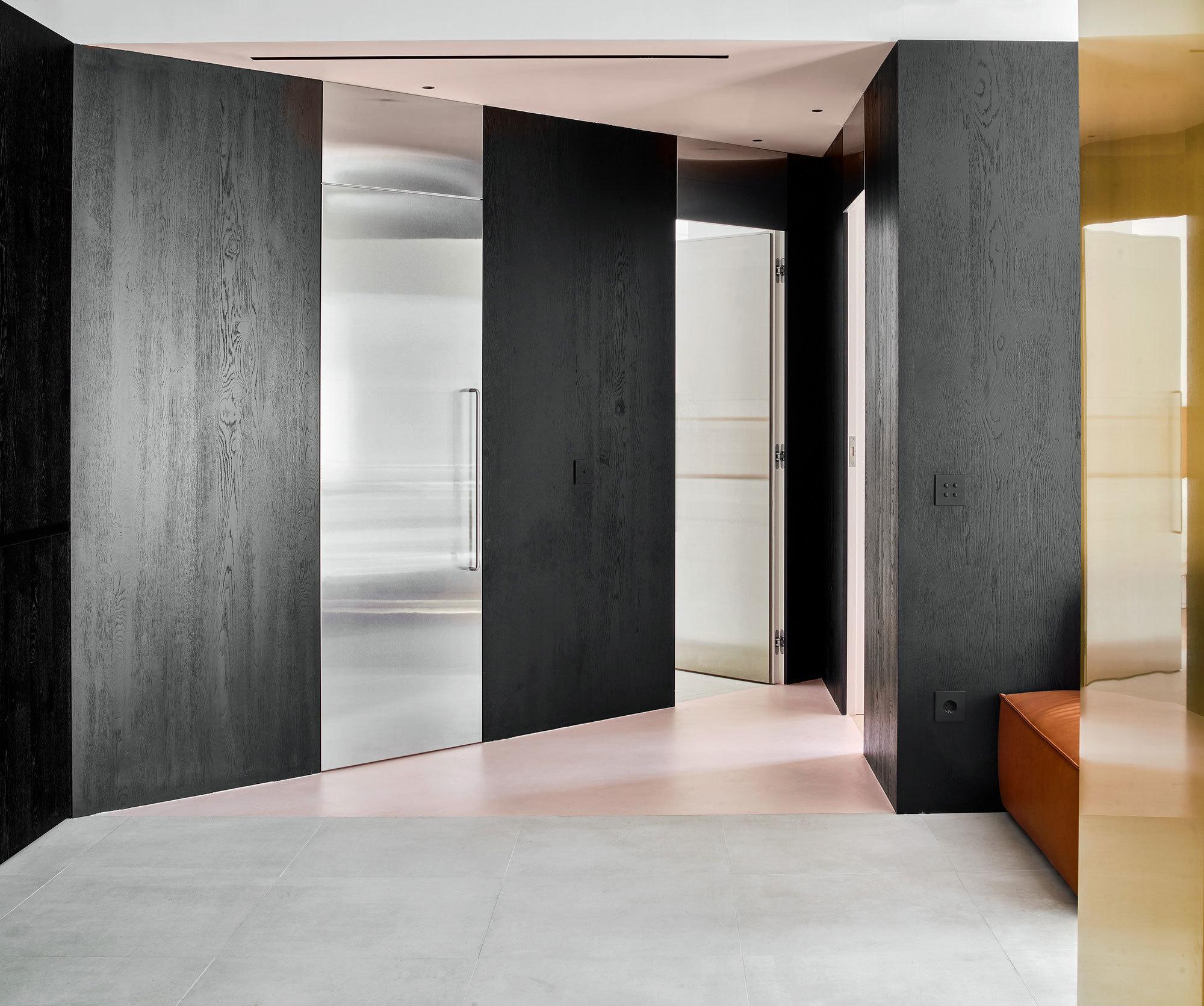 Ein dreieckiger Raum dient alsDurchgangsraumzumKinderzimmer (rechts), Elternschlafzimmer mit eigenem Badezimmer (Mitte),zweites Badezimmer (links).