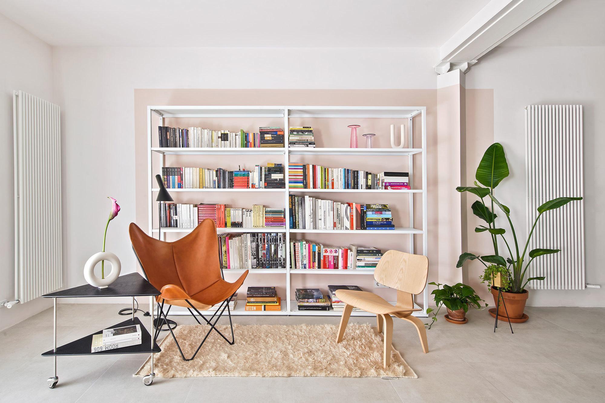 Leseecke mitPlywood Chair LCW von Charles und Ray Eames (Vitra), Hardoy Butterfly Chair (Entwurf: Castellana, Kurchan + Ferrari-Hardoy, produziert von Manufakturplus)und AJ Trolley von Arne Jacobsen (Fritz Hansen).