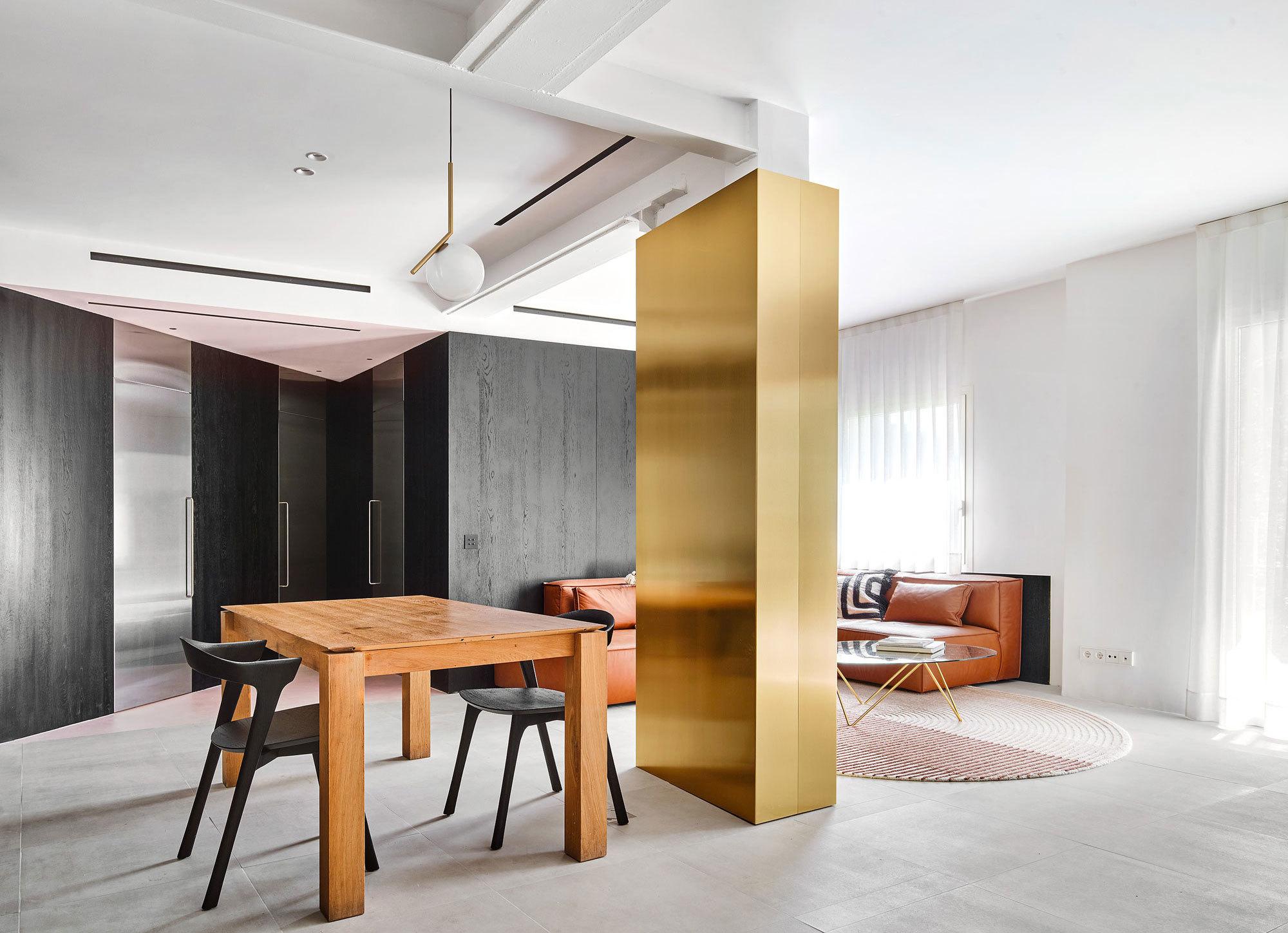 Aus alt mach neu: Der katalanische Architekt Raúl Sánchez hat seine alte 95-Quadratmeter-Wohnung einer radikalen Verwandlung unterzogen.
