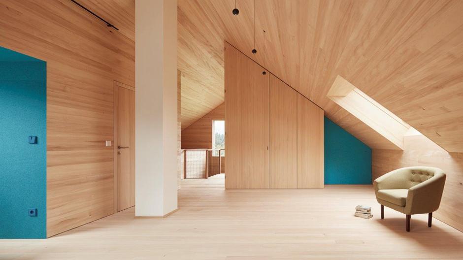 Georg Bechter Architekten hoben das Satteldach des Holzhauses aus den Sechzigerjahren an und schufen einen offen gestalteten Wohn-Schlafbereich, ...