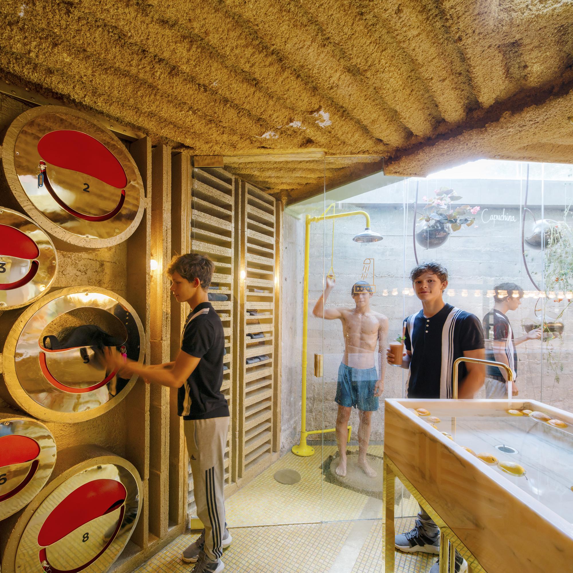 Umkleidekabinen und Duschen stehen ebenso bereit wie goldfarbene Schließfächer, um Alltagskleidung gegen Sportausrüstung einzutauschen und an einem sicheren Ort aufzubewahren. Foto: Miguel De Guzman