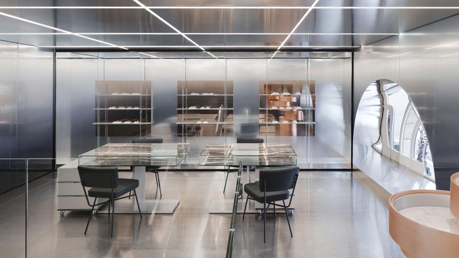 Mit den die Kollektionen von Repossi charakterisierenden linearen Formen und metallisch glänzenden Farben setzten OMA diese auch in der neuen Boutique am Place Vendôme in Szene.