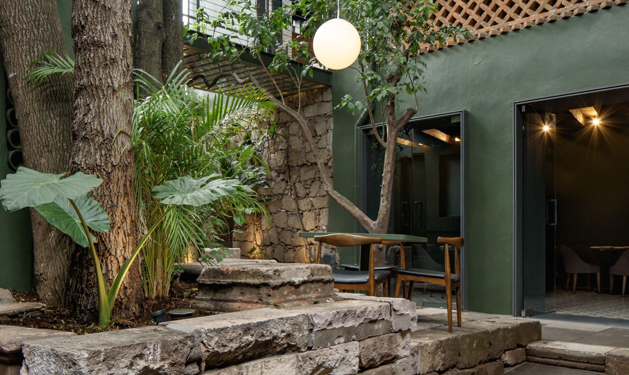 Traditionelle Farben, lokale Handwerkskunst und der Geist des Ortes inspirierten Architektin Daniela Bucio Sistos zum sinnlichen Restaurant Santomate im mexikanischen Morelia.