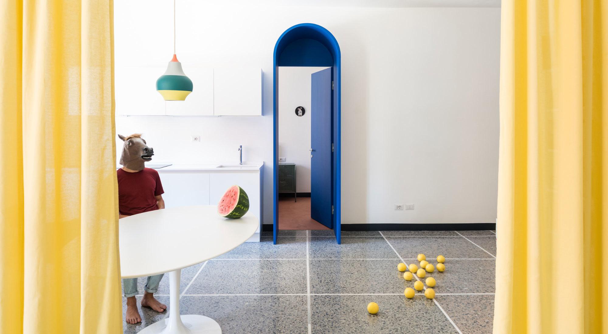 Den Umbau eines römischen Apartments aus den Fünfzigerjahren löste La Macchina Studio mit Farbe und einem Gespür für die große Geste der Inszenierung.