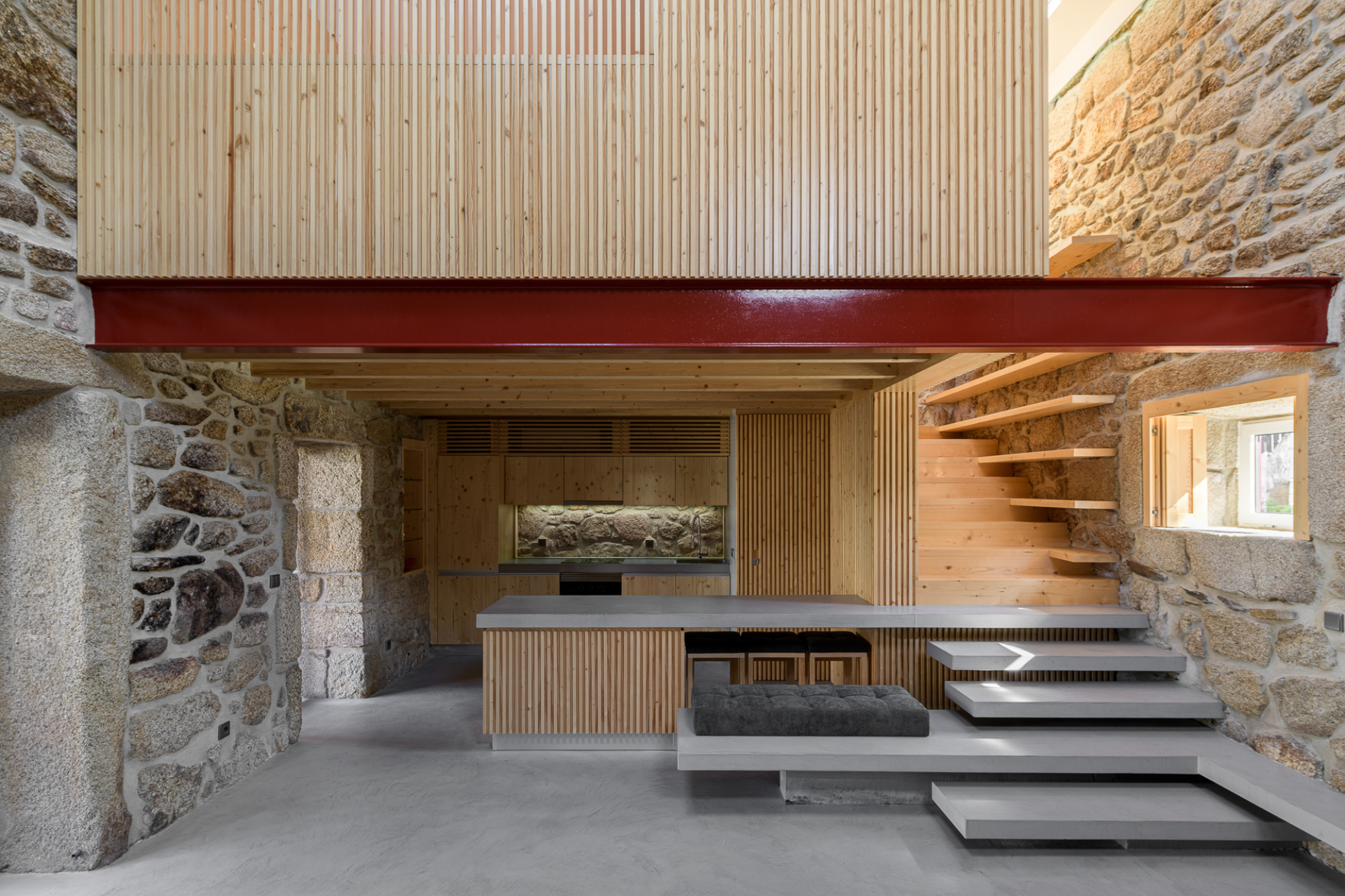 HBG Architectos renovierten ein altes Dorfhaus.