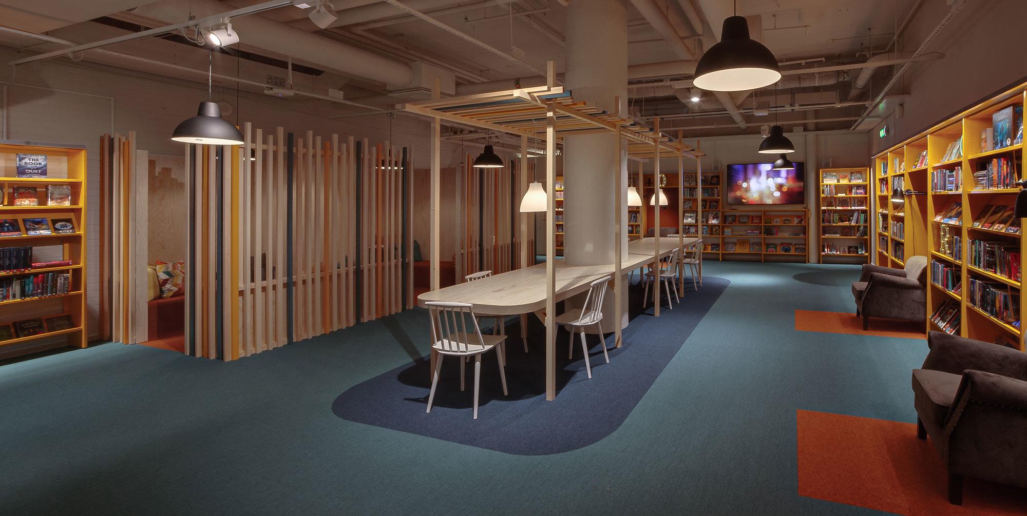 Der Teppich von tretford hebt die unterschiedlichen Zonen farblich vom Rest des Raumes ab. Sogar runde Formen lassen sich umsetzen.