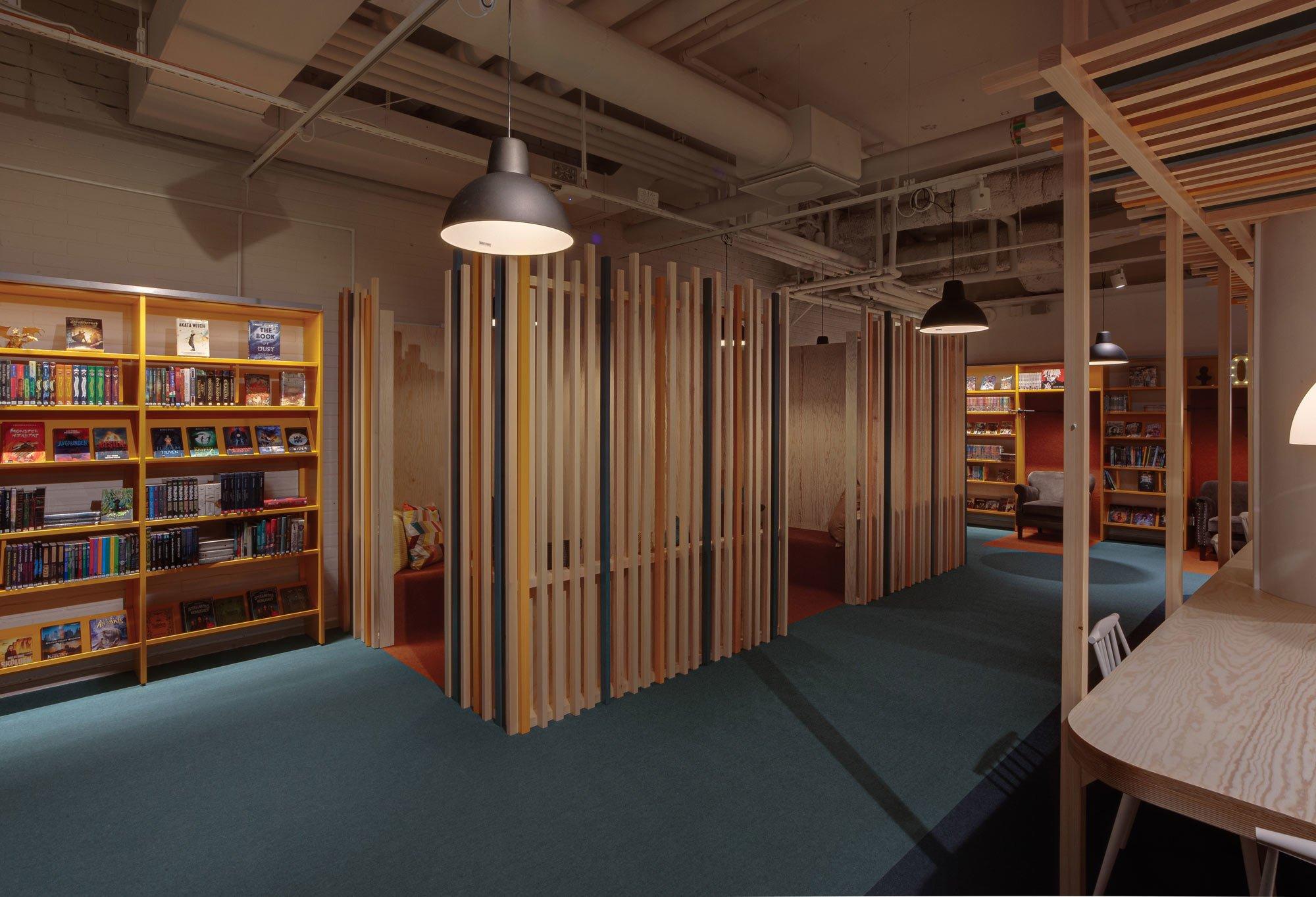 Um den Raum zu gliedern, arbeiteten die Architekt*innen mit transparenten Raumteilern.