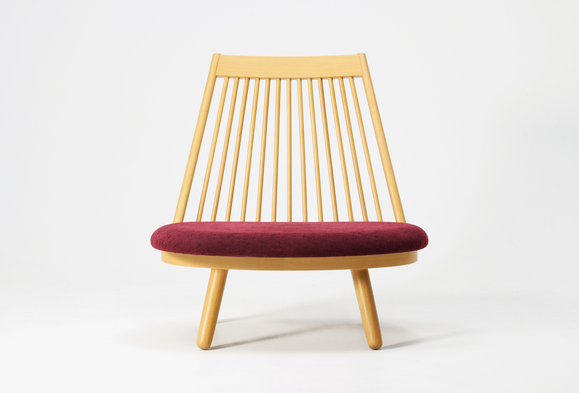 Auf der gepolzterten Sitzfläche des Spoke Chairs von Katsuhei-Toyoguchi, produziert von Tendo seit 1963, lässt sich im Schneidersitz Platz nehmen.