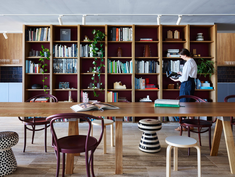 Der großzügige A-Joint Table von Henry Wilson für Artek ist durch einen Raumteiler aus Holz von der offenen Küche getrennt.