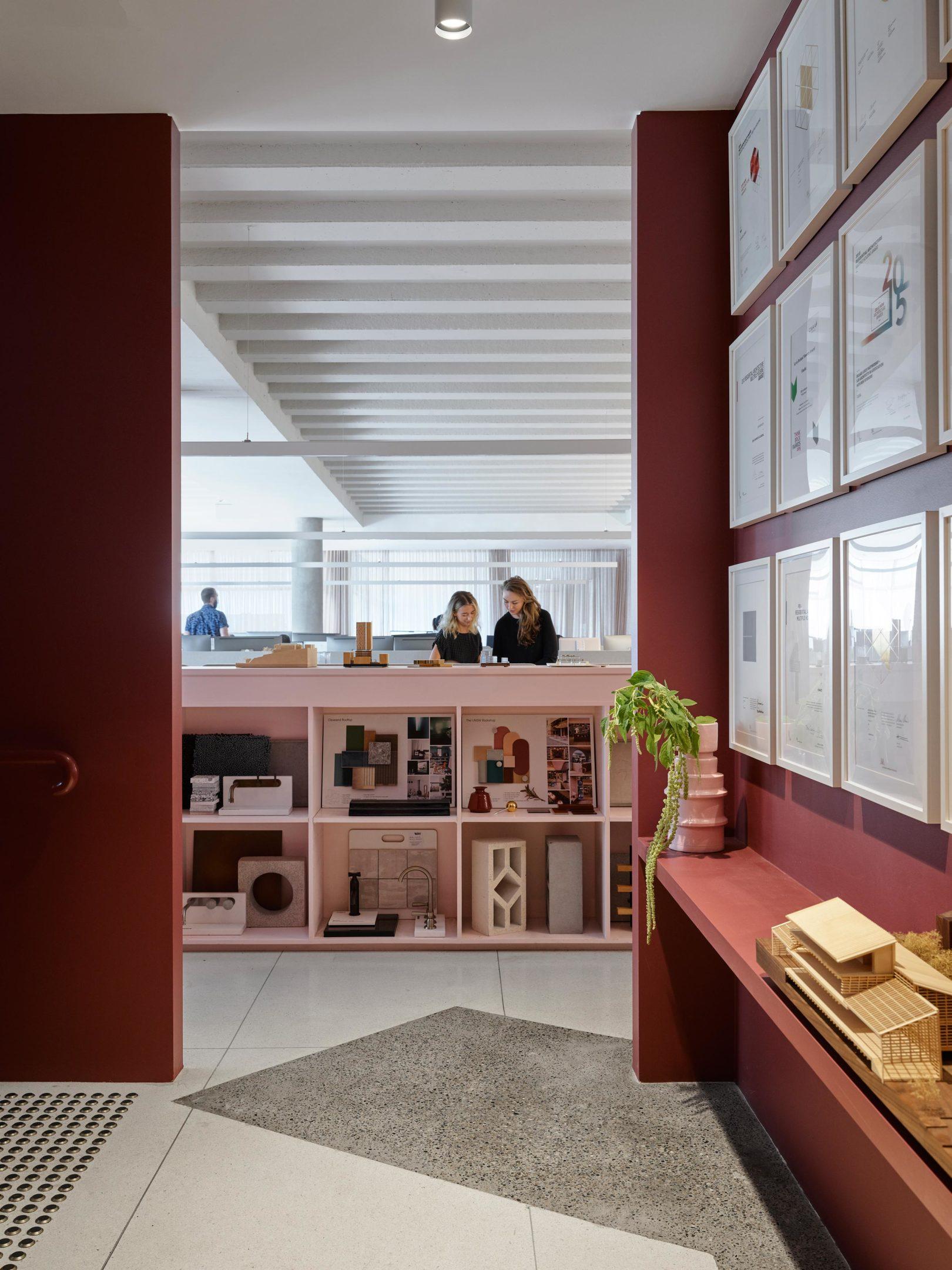 Im unteren Stockwerk befinden sich die Arbeitsplätze für individuelles Arbeiten.