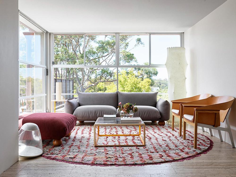 Eine gemütliche Sitzecke mit einem Sofa von Mario Marenco für Poliform empfängt Besucher, dient aber auch dem informellen Austausch zwischen den Mitarbeitern.