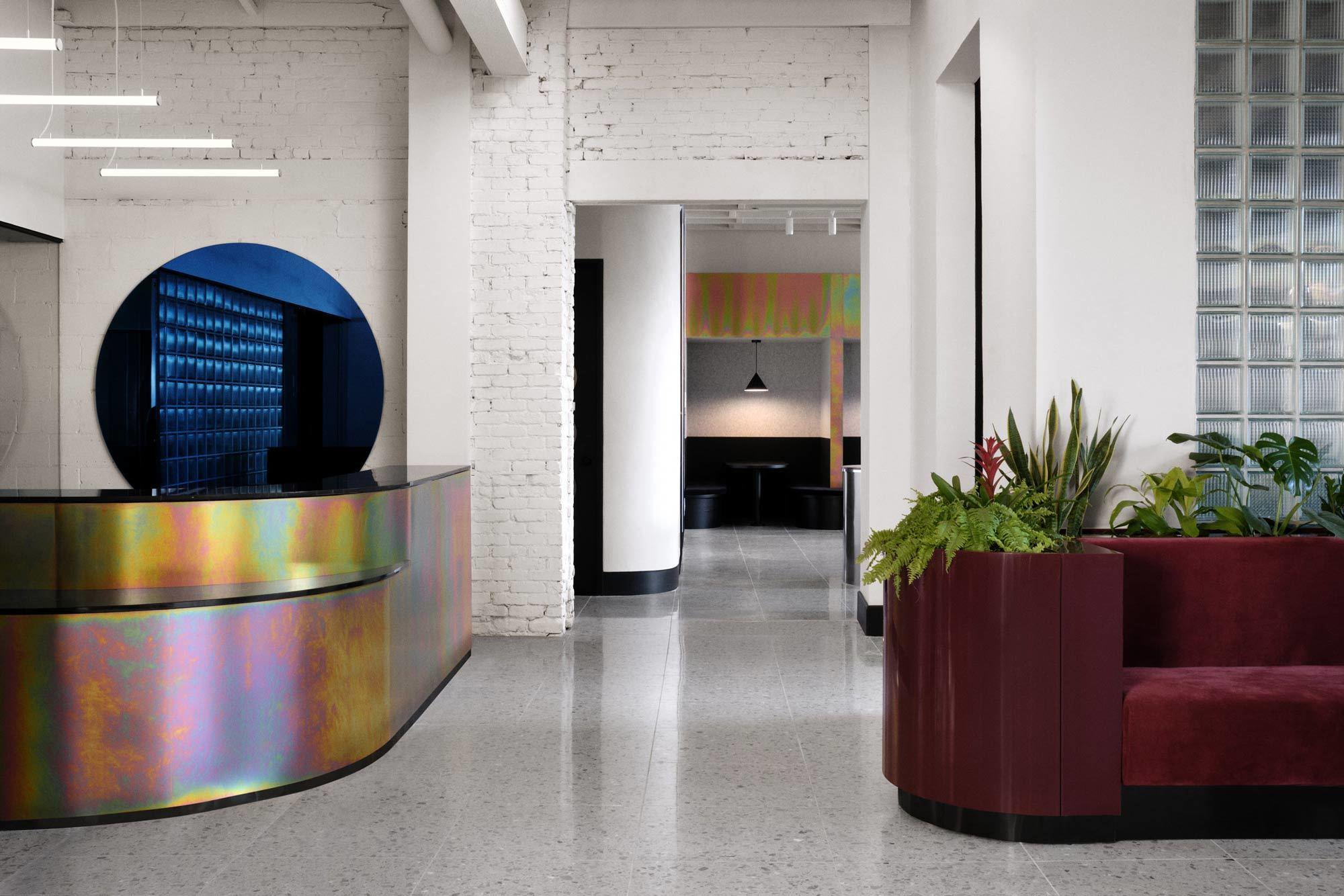 Alter Backstein, samtige Sofas, irisierende Oberflächen: Der Co-Working-Space Spacial von Ivy Studio im kanadischen Montreal ist ein sinnliches Erlebnis.