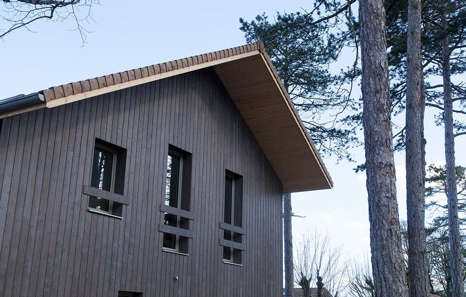 Schwarzgrau: Die Fassade ist witterungsbeständig und absorbiert so viel wie möglich warmes Sonnenlicht.