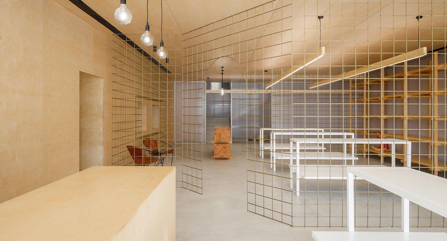 Hinter Gittern: Das Designbüro stu.dere führt die Kunden eines Kinderladens in Portugal mit transparenten und transluzenten Raumteilern auf Entdeckungstour.
