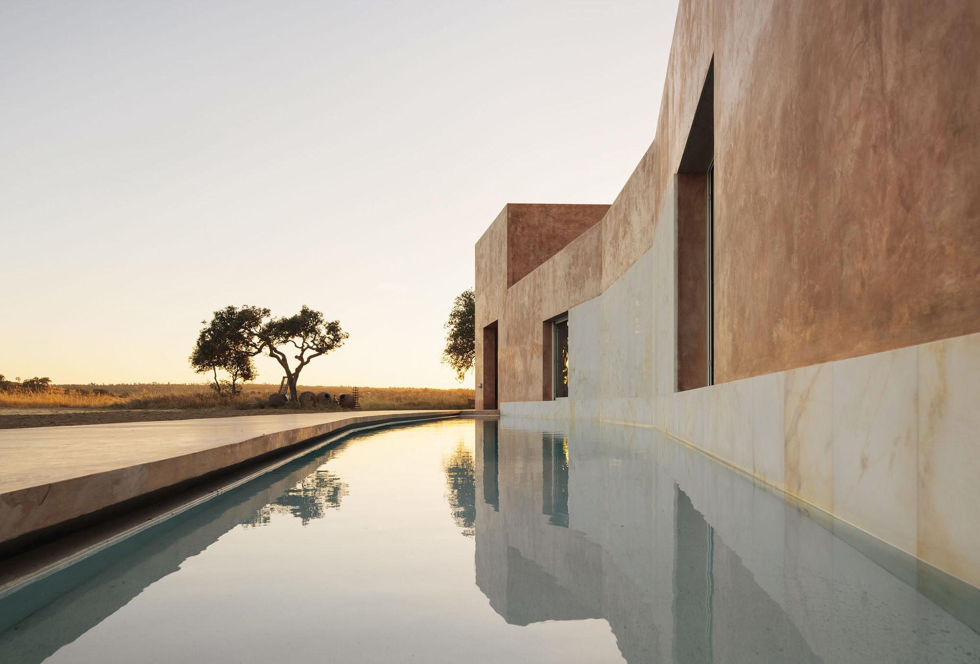 Im portugiesischen Alentejo machte der Architekt Ricardo Bak Gordon den Pool zum gestaltenden Element eines Ferienhauses aus Kalkmörtel und Kork.